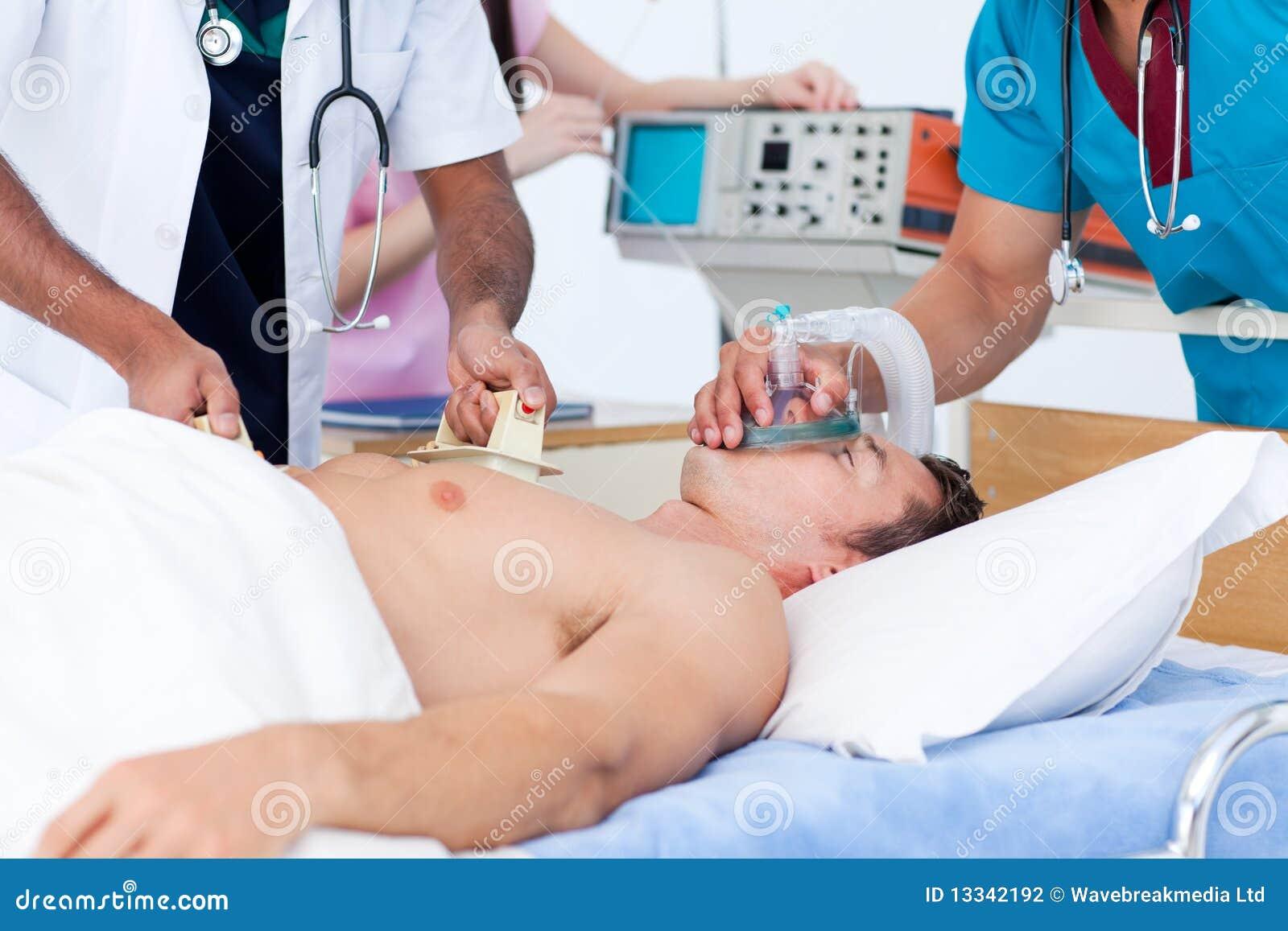 Skoncentrowana medycznego pacjenta target2375_0_ drużyna