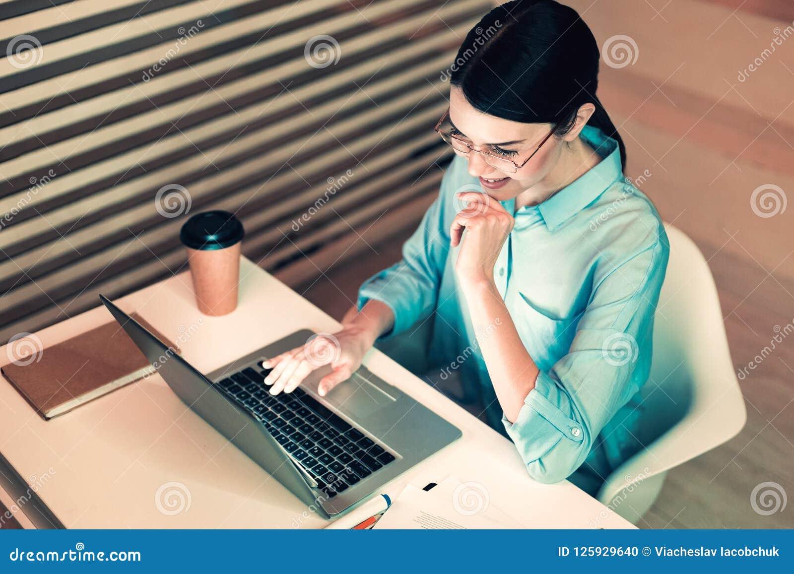 Skoncentrowany kierownik pracuje przy biurem