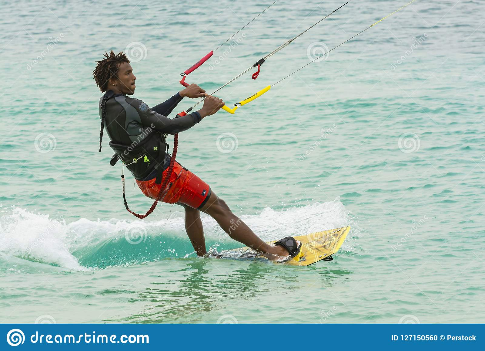 Skoncentrowany kiteboarder przylądek Verde