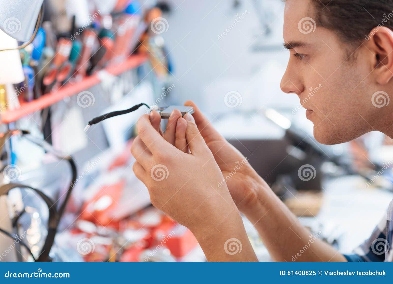 Skoncentrowany mężczyzna patrzeje trutnia układ scalonego