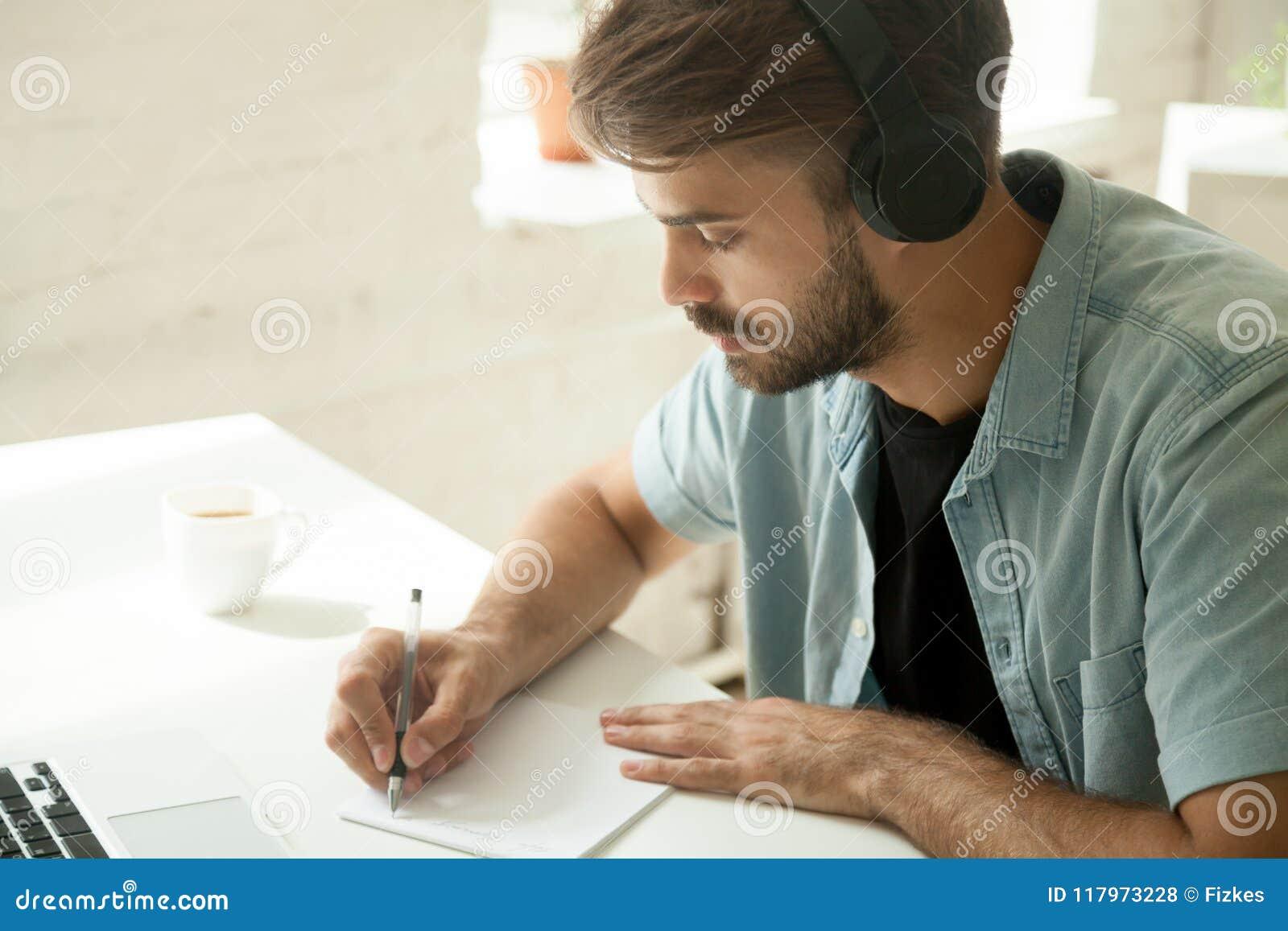 Skoncentrowany pracownik ogląda webinar zauważa import w hełmofonach