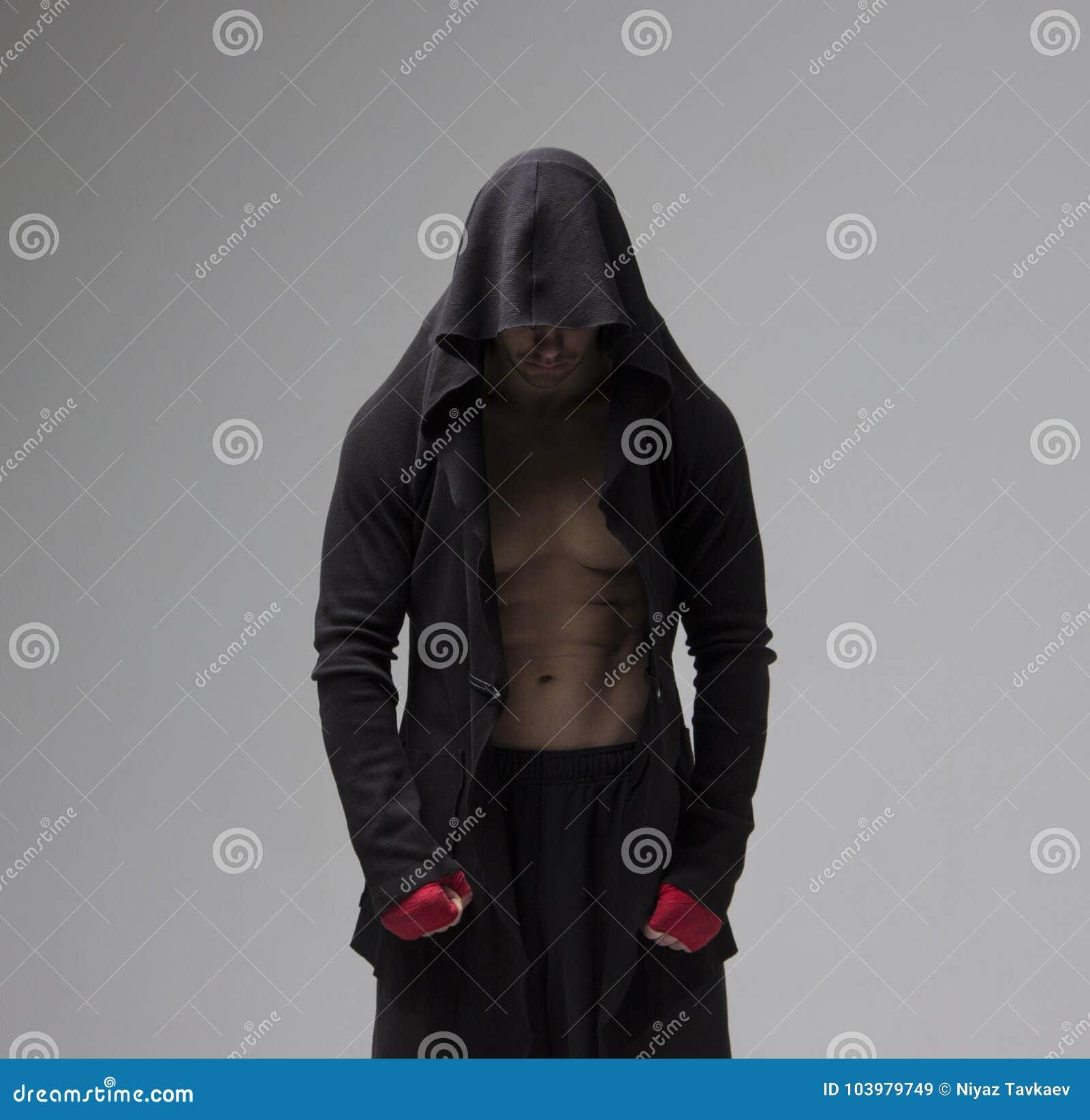 Skoncentrowany przygotowany myśliwski mężczyzna patrzeje w dół w sportswear