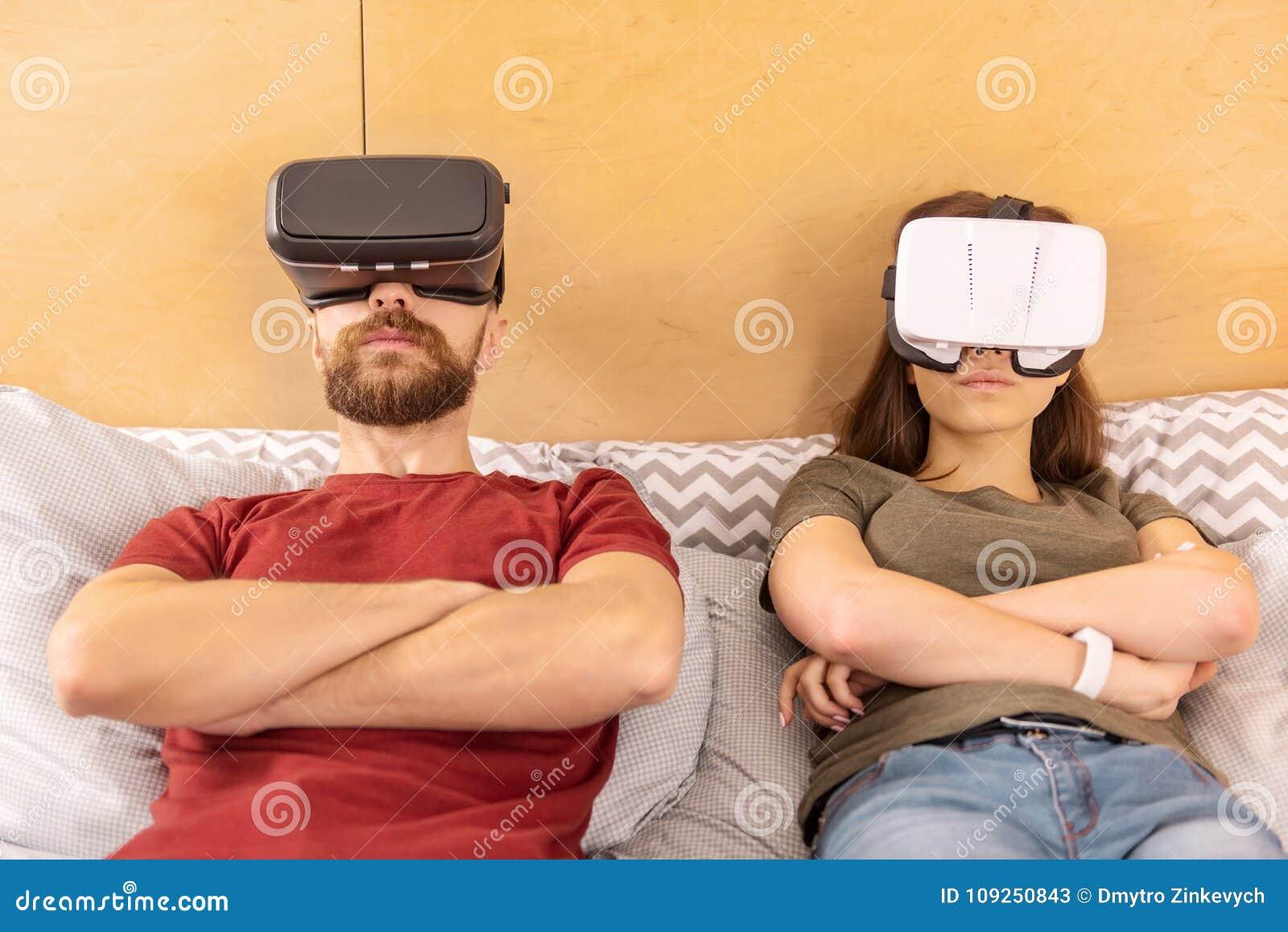 Skoncentrowany skupiający się pary dopatrywania dramat w VR