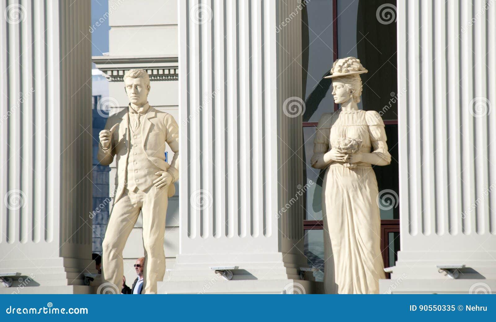 Skopje Makedonien - januari 23, 2013: Statyer av en man och en kvinna på nyligen öppnad buiding av utländsk Makedonien ` s - ange