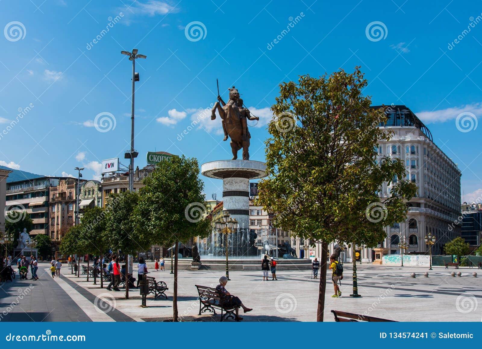 Skopje, Mazedonien - 26. August 2017: Hauptplatz in Skopje, Hauptstadt von Mazedonien mit Alexander das große Monument