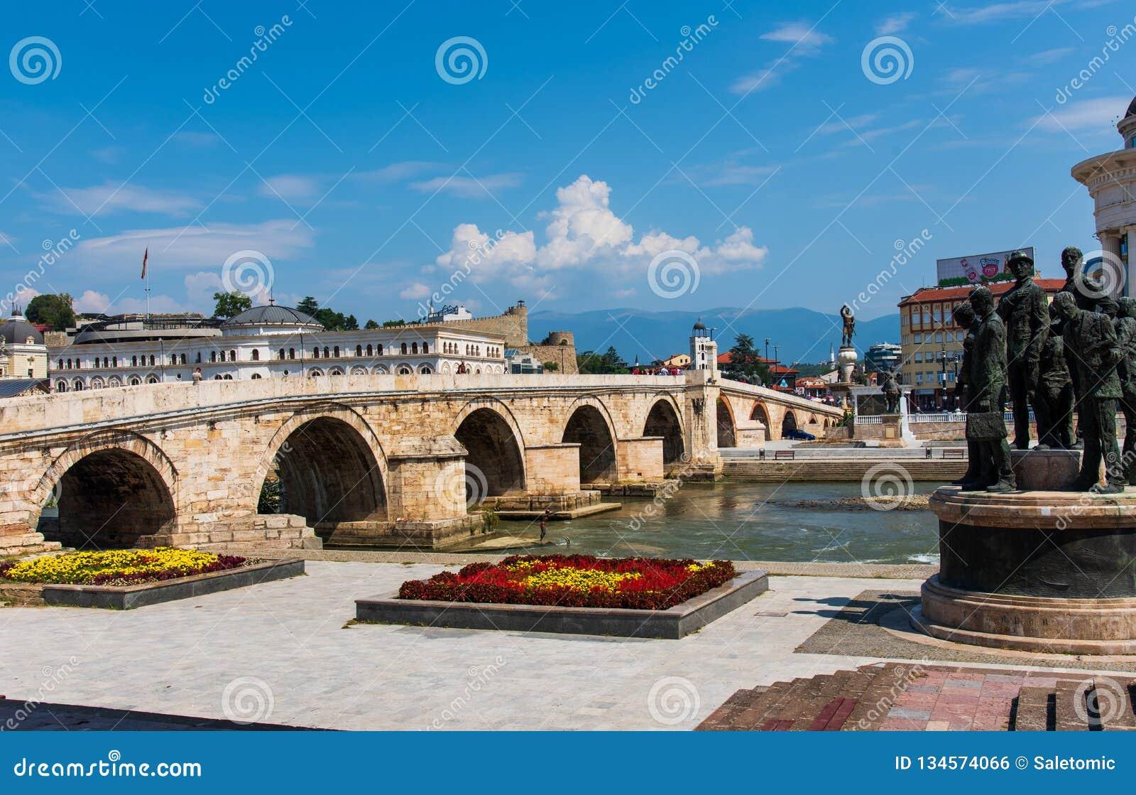 Skopje, Mazedonien - 26. August 2017: Skopje-Steinbrücke über Vardar-Fluss nahe Hauptplatz in Skopje