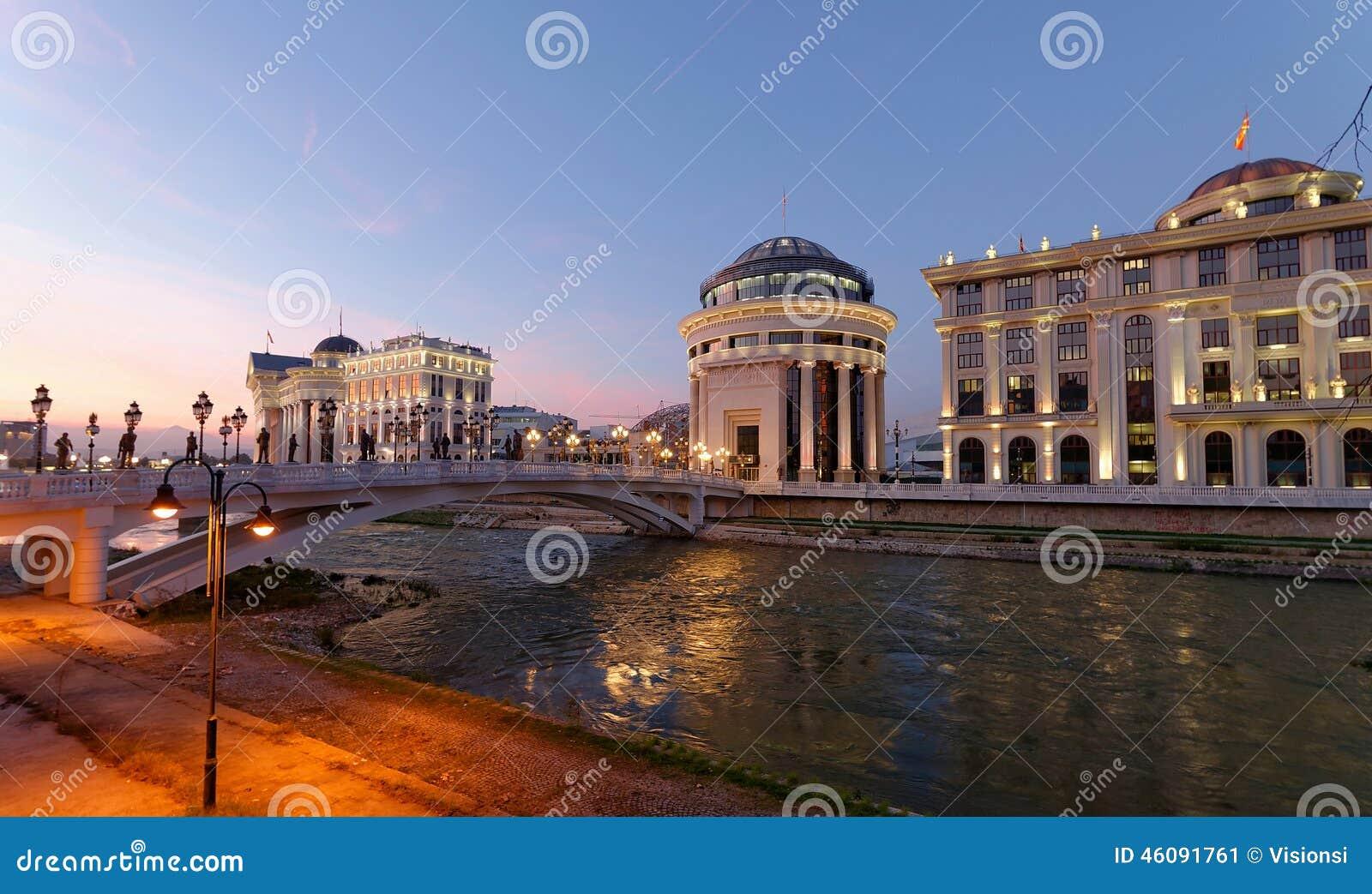 Skopje-Nachtszene an der Dämmerung
