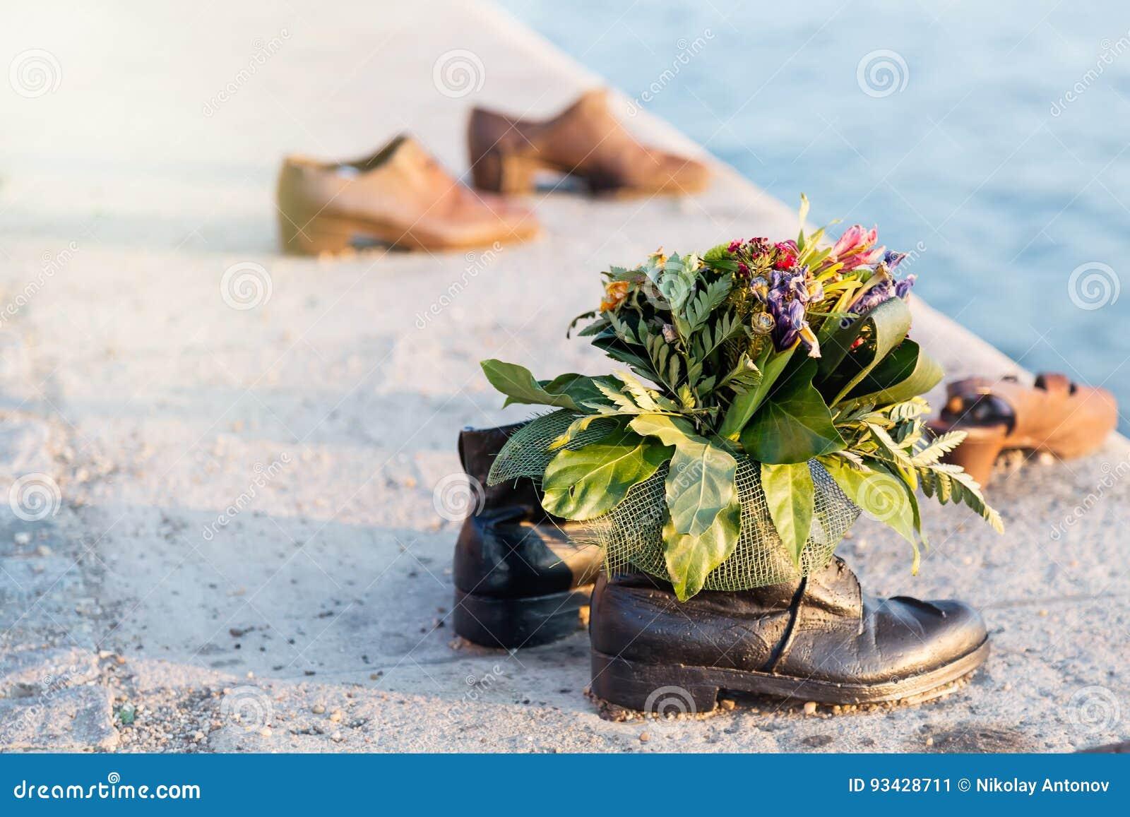 Skor På Donau Med Gruppen Av Blommor Förintelseminnesmärke I