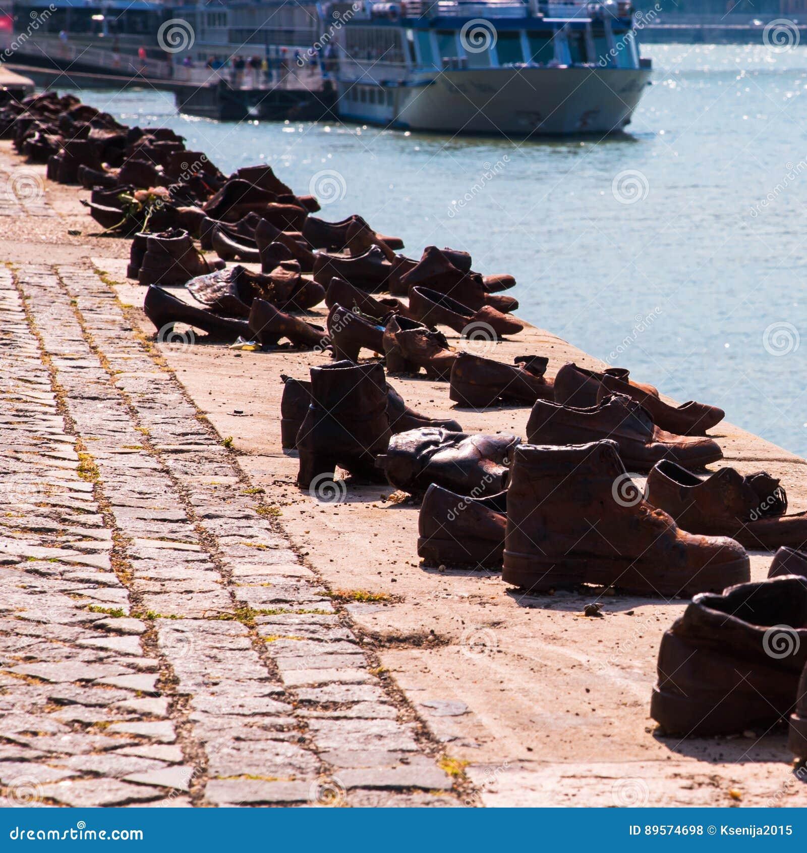 Skor På Donauen, Berömd Förintelseminnesmärke I Budapest