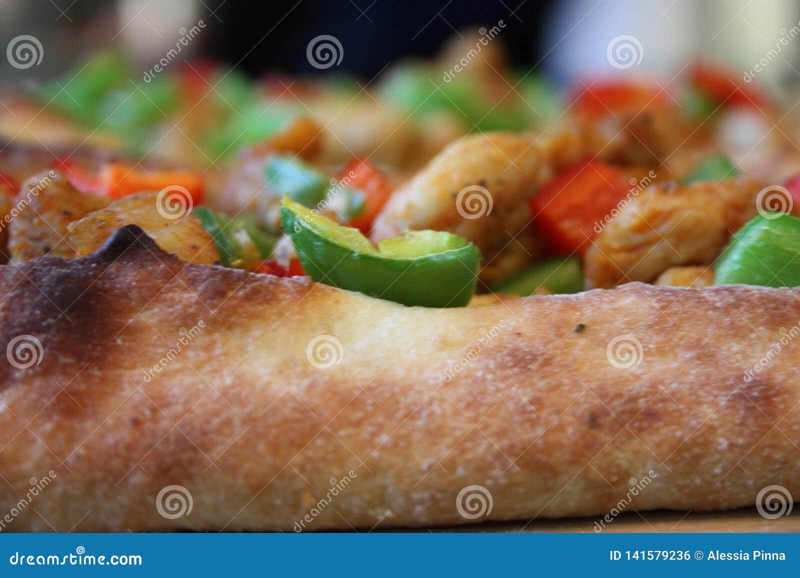 Skorupa plasterek Włoska Neapolitan pizza nakrywająca z pomidorami i pieprzami zielonymi i czerwonymi
