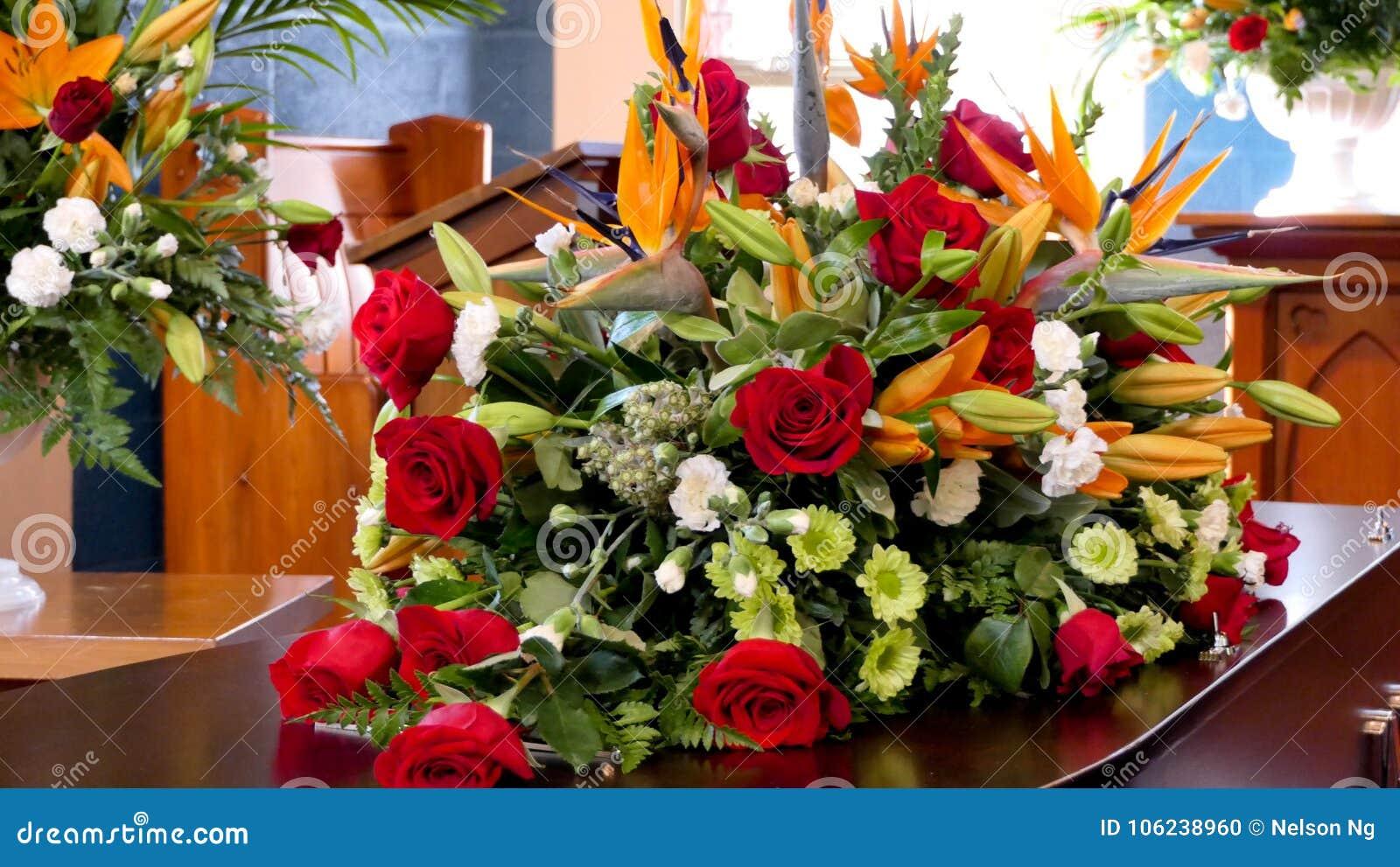 Skott av blomman & stearinljuset som används för en begravning