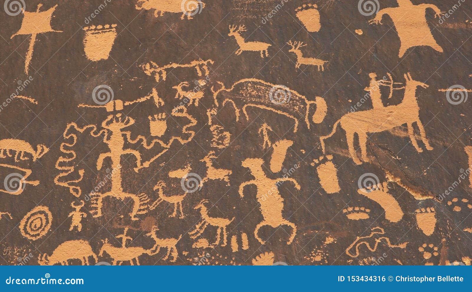 Skott av en amerikansk indisk konstpetroglyph av en jaga plats på newspape
