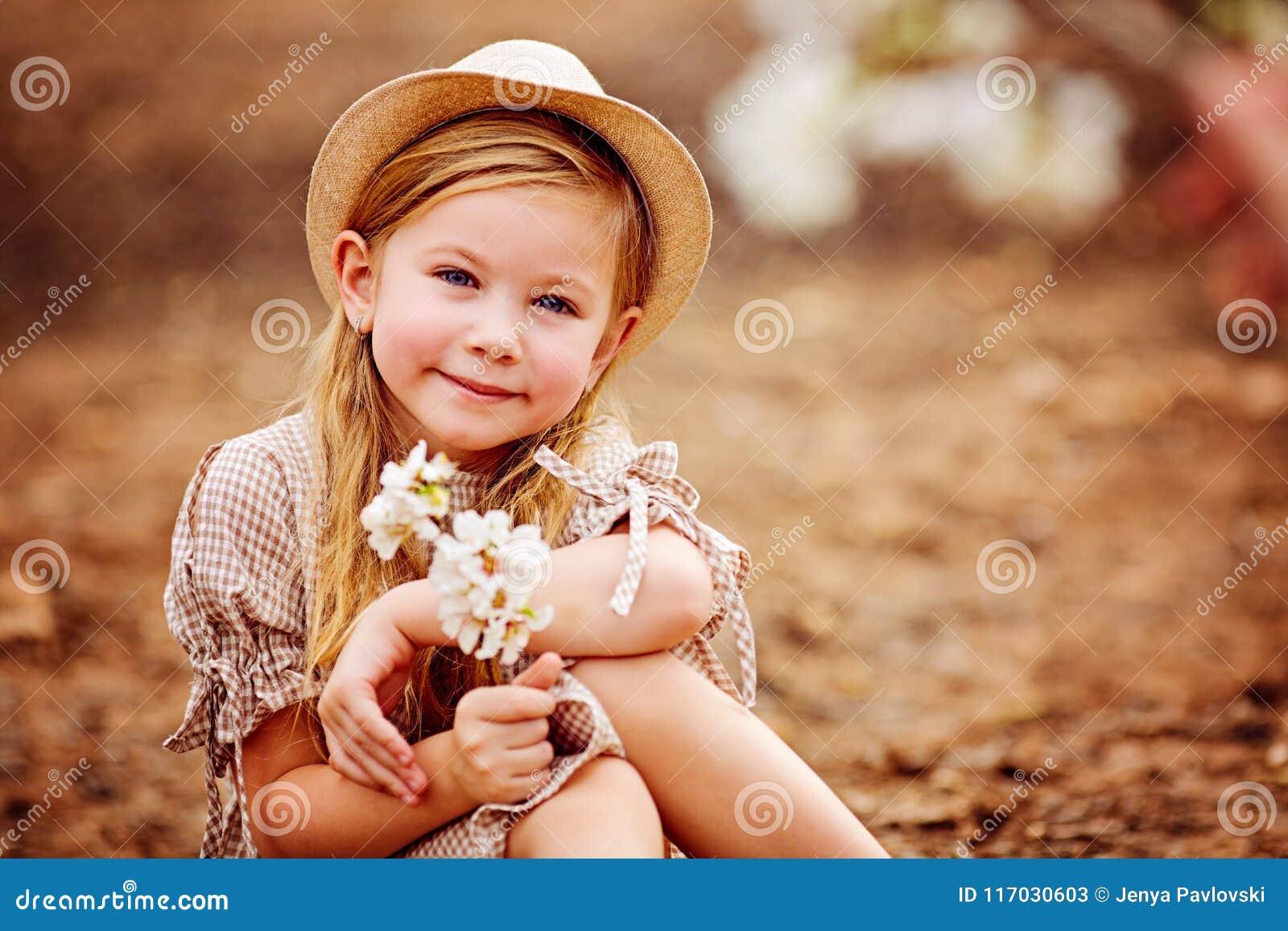 Skott av en gullig rödhårig flicka som har en utomhus- vila