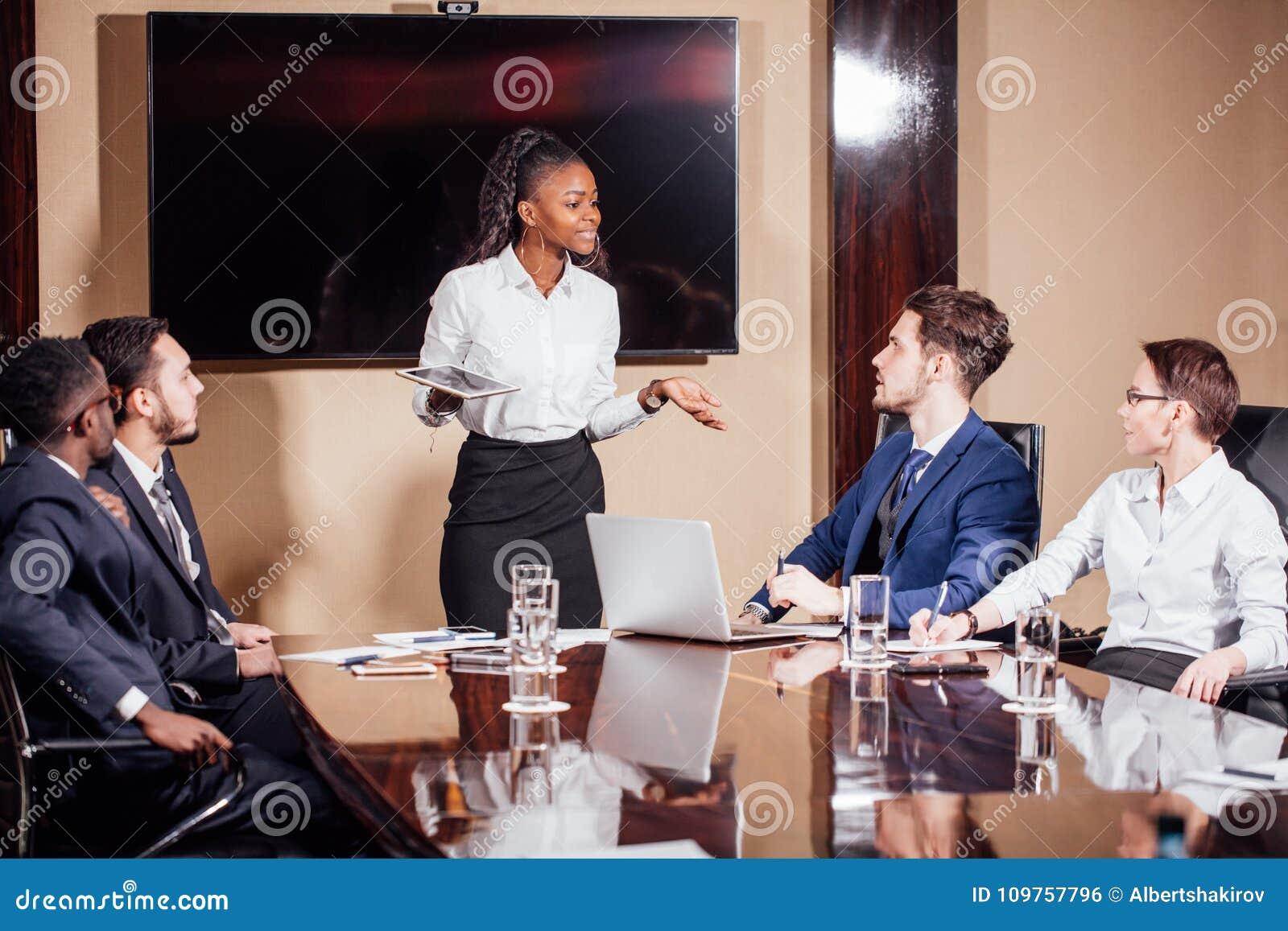 Skott för affärskvinnaLeads Meeting Around tabell