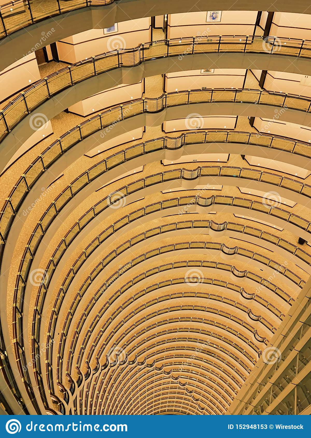 Skott för hög vinkel av härlig arkitektur av inre Grand Hyatt Shanghai för lyxigt hotell