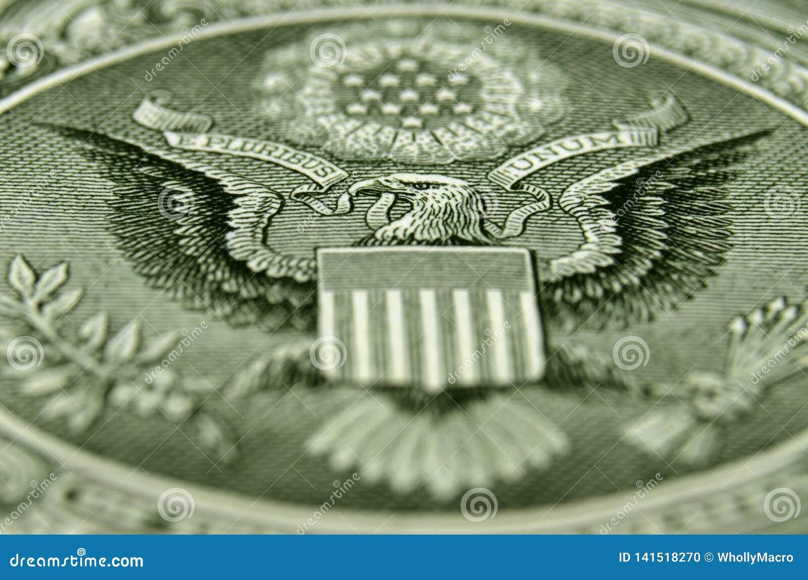 Skott för sned vinkel av baksidan av USA en dollarräkning som presenterar den amerikanska örnen
