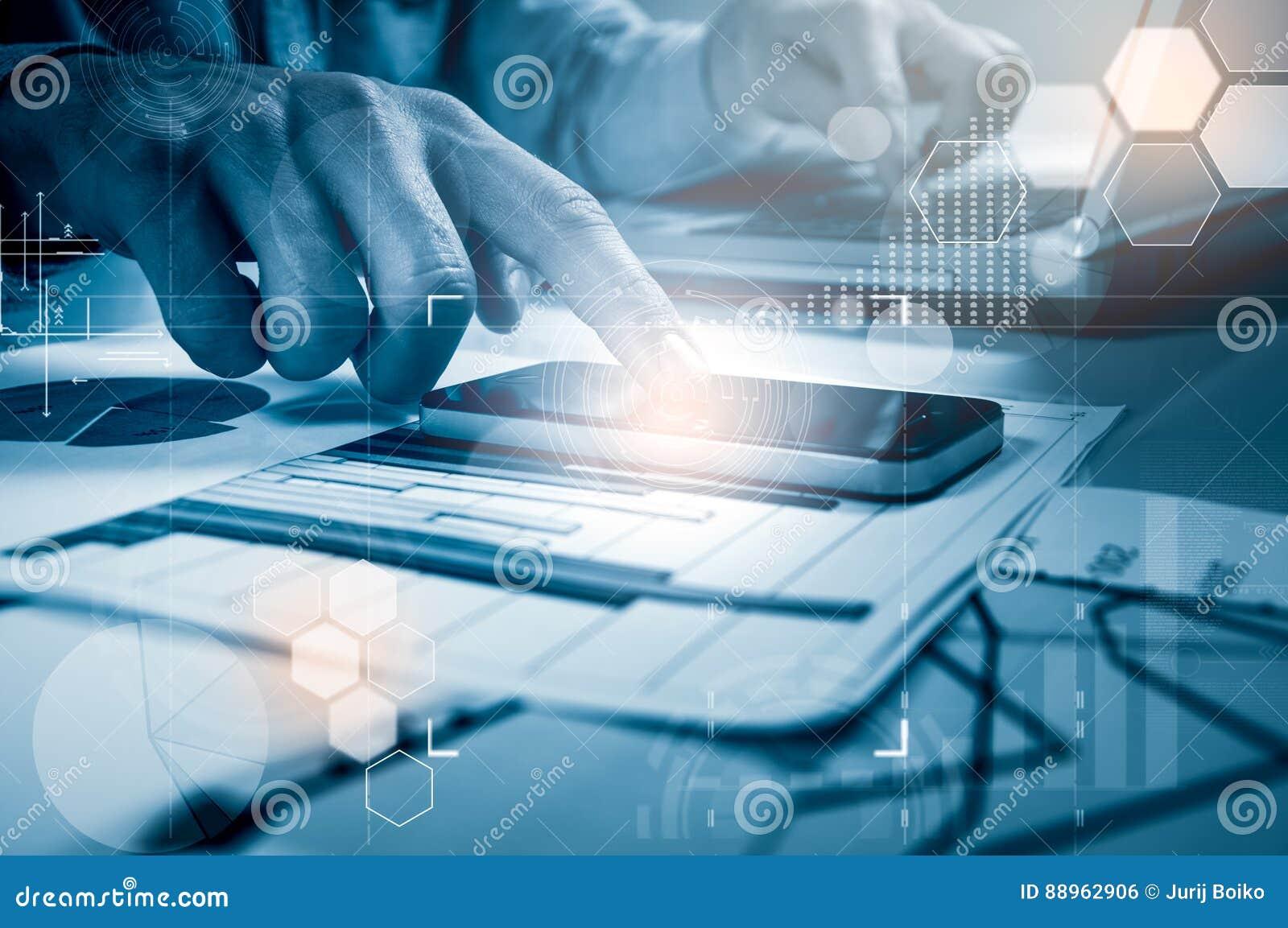 Skottet för sidosikten av händer för man` ett s genom att använda den smarta telefonen i inre, den bakre sikten av affärsmannen r