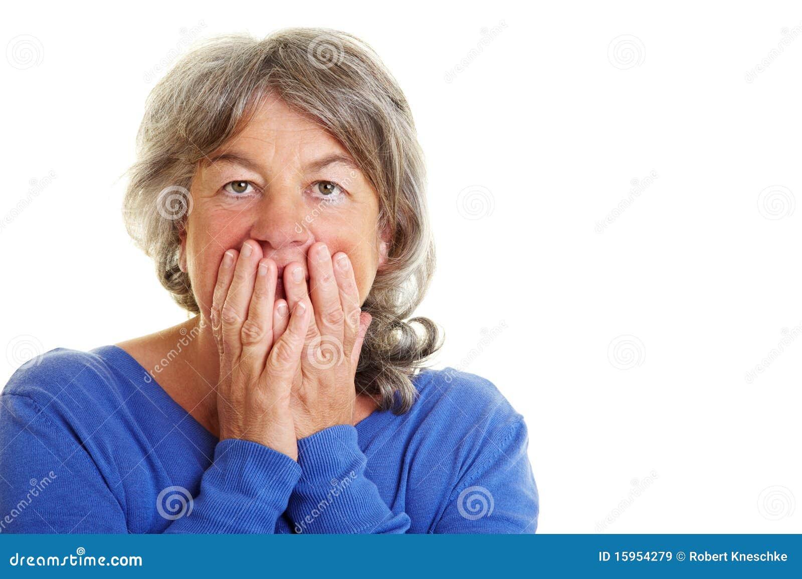 Skrämd pensionerad kvinna