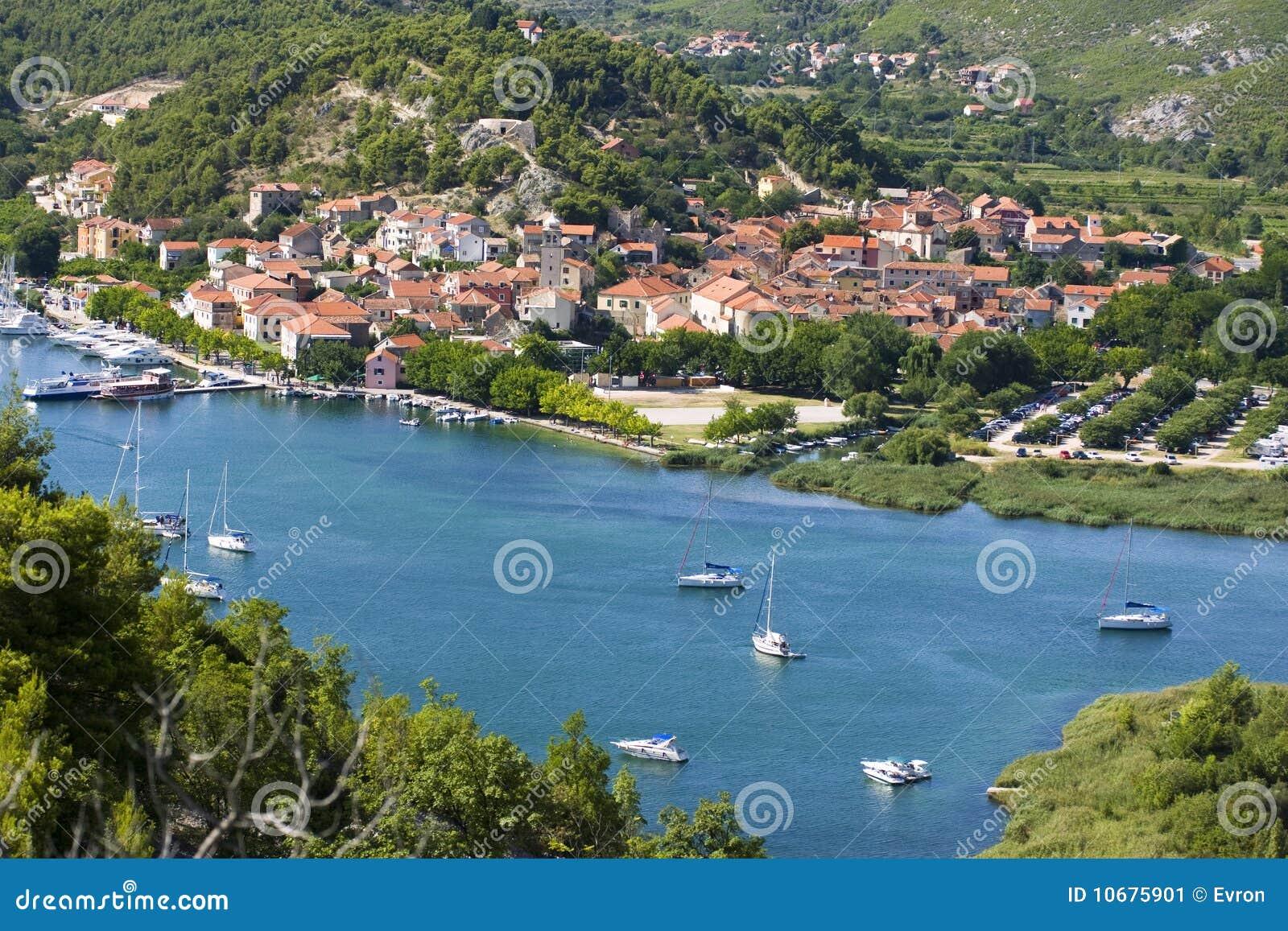 Skradin - pequeña ciudad en costa adriática