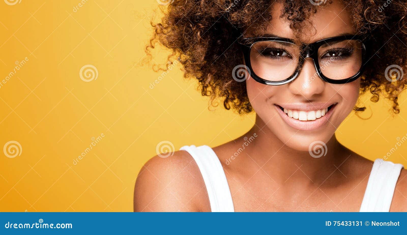 Skratta afrikansk amerikanflickan med afro