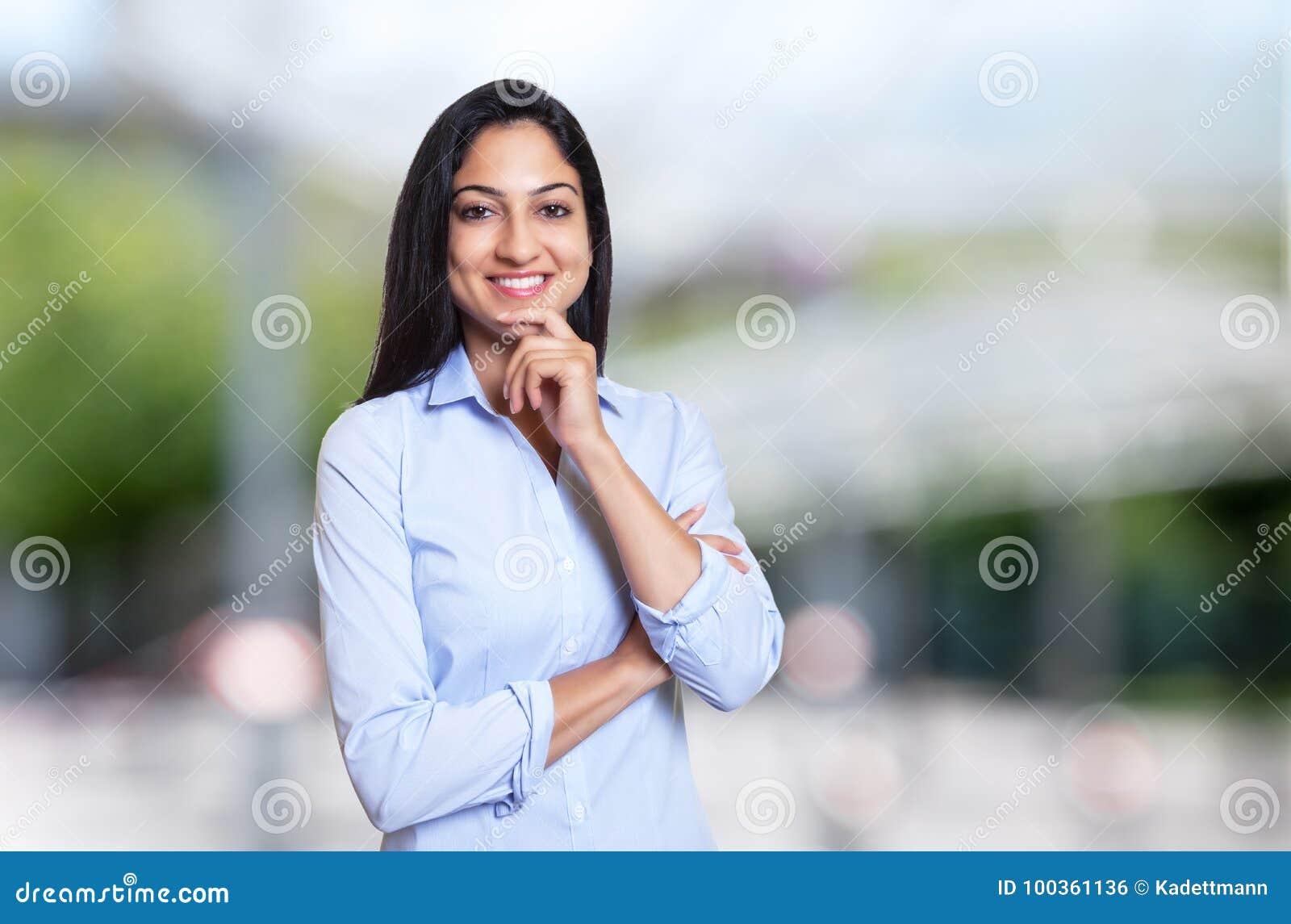Skratta den arabiska affärskvinnan som ser kameran