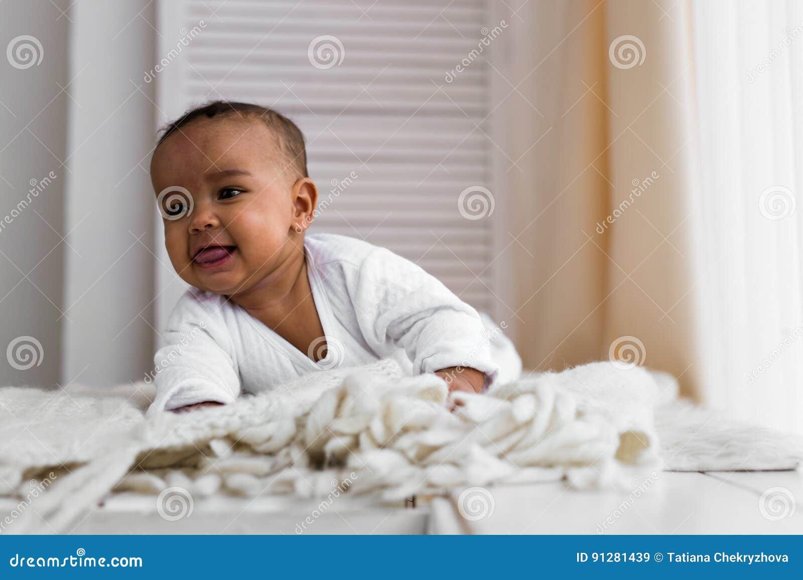 Skratta det blandade loppet behandla som ett barn pojken som hemma ligger på magen