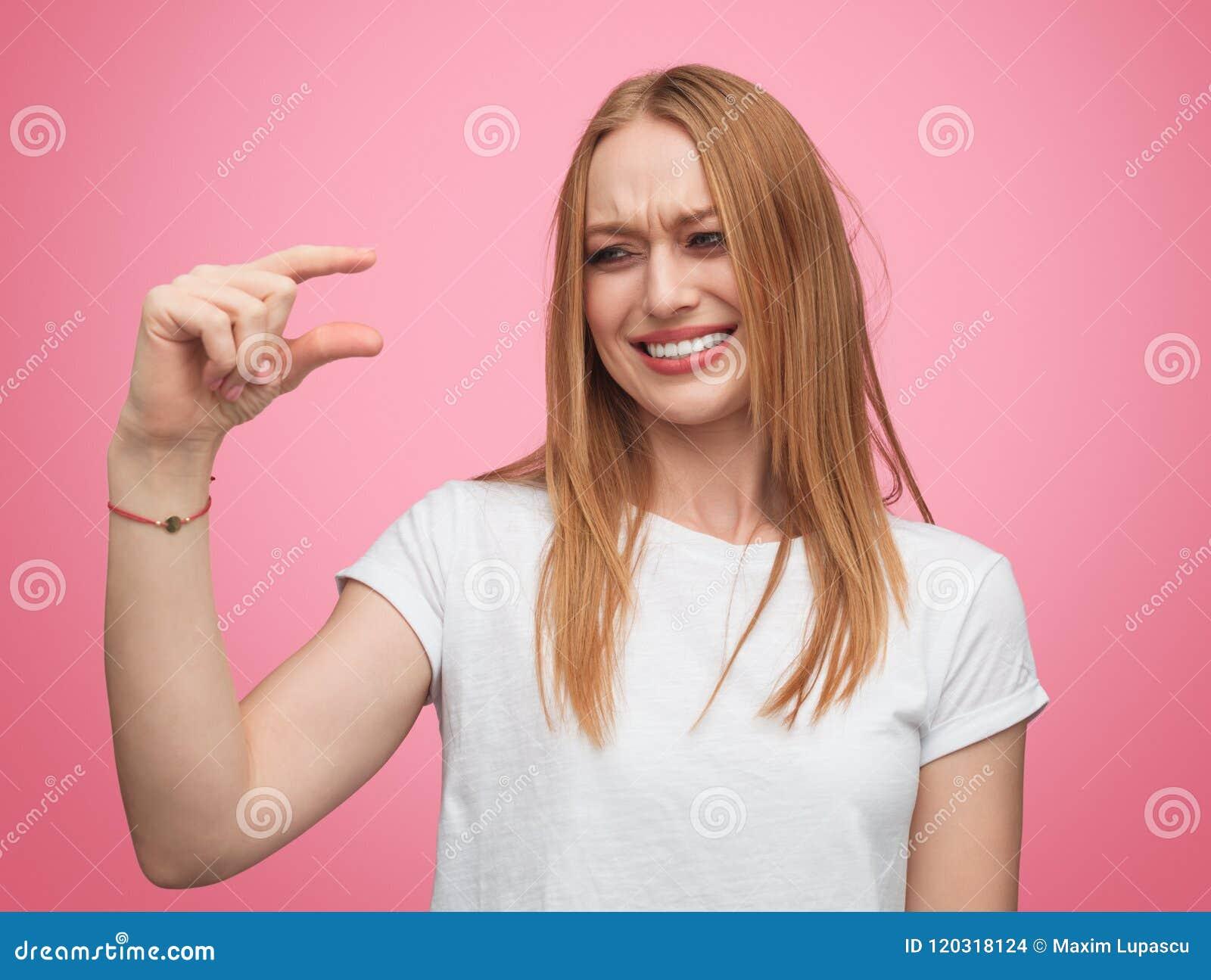 Skratta flickan som förlöjligar på det lilla formatet