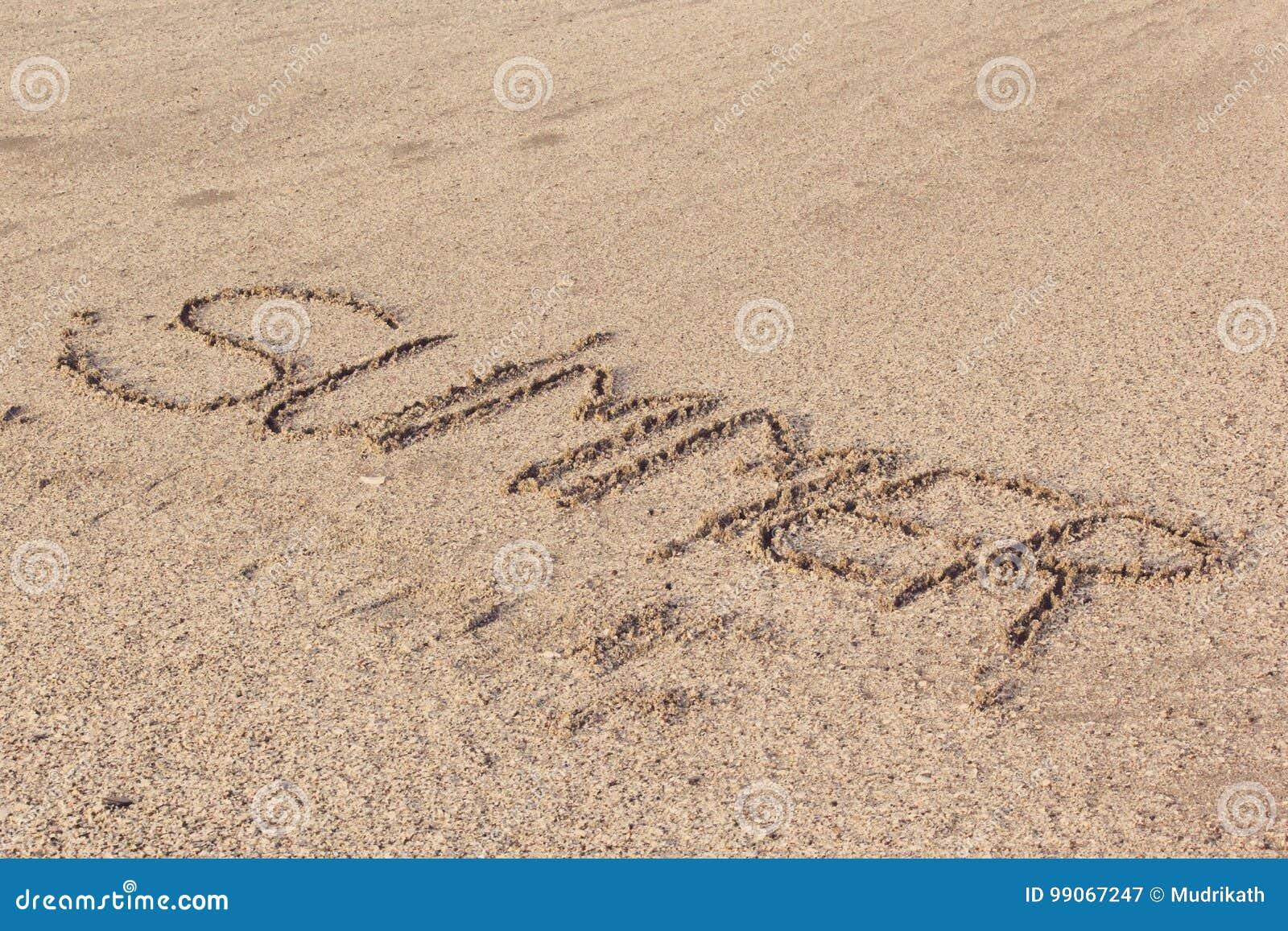 Skriftlig sommar i mjukt blöter sand på en strand, Dubai-1 September 2017