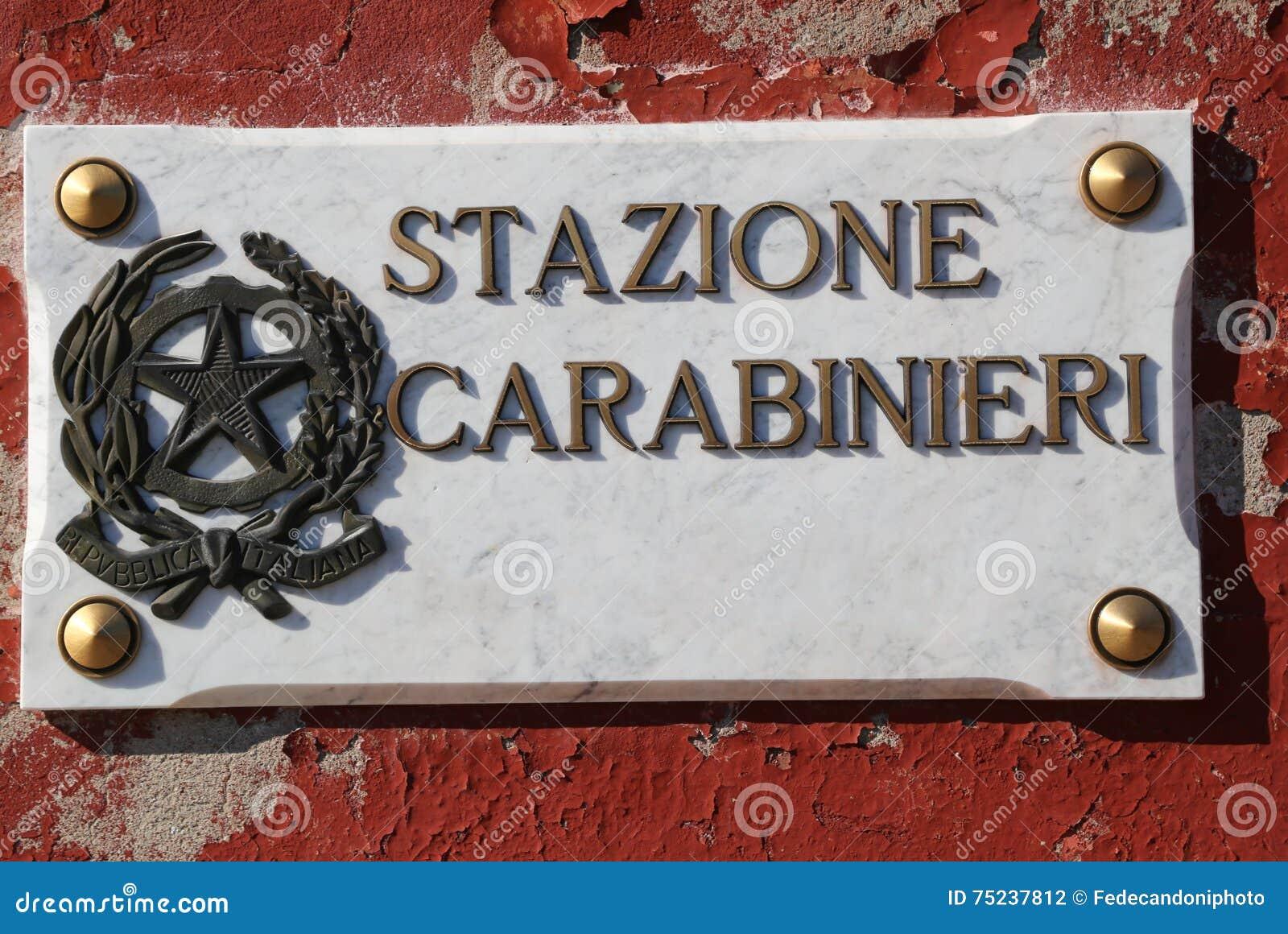 Skriftlig STAZIONE CARABINIERI som i italienare betyder den italienska polisen