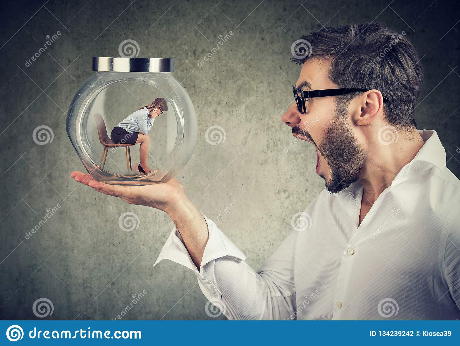 Skrikig man som rymmer exponeringsglaskruset med kvinnainsidan