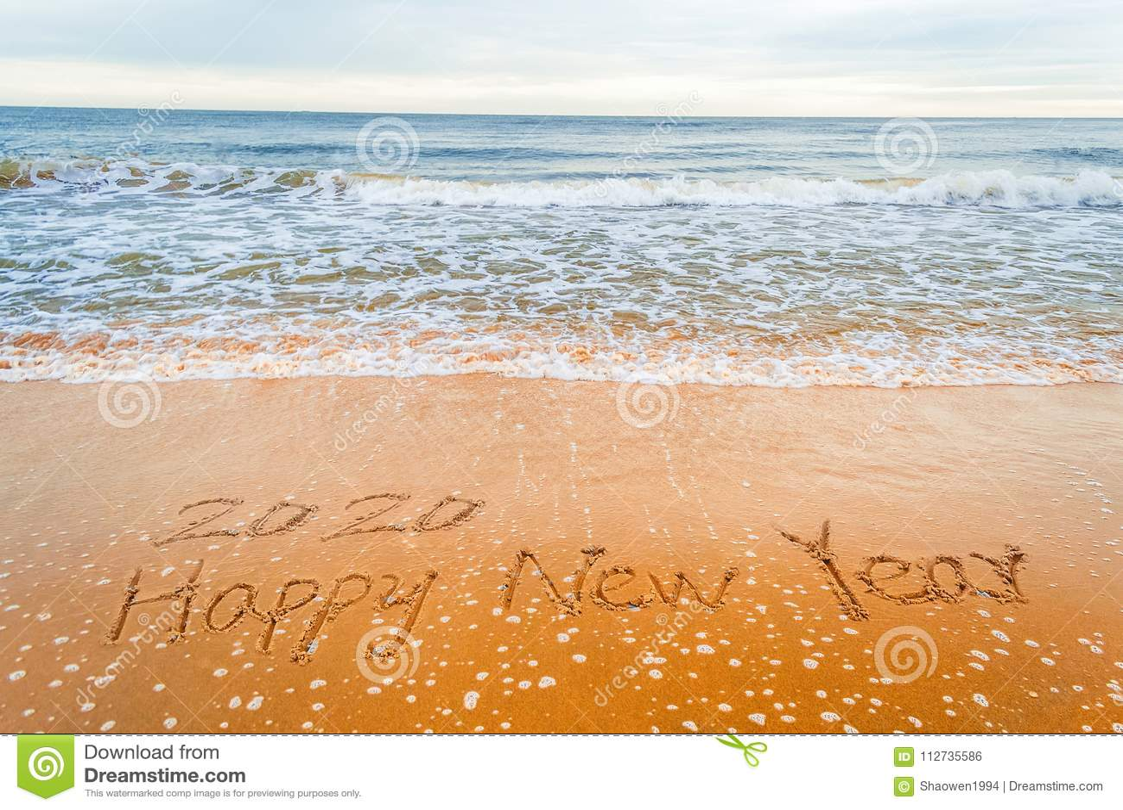 Skriv 2020 lyckliga nya år på stranden