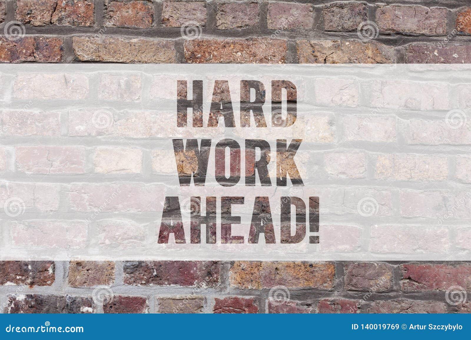 Skriva anmärkningen som visar hårt arbete framåt Affärsfotoet som ställer ut mycket jobb, förväntade krävda aktiviteter för den s