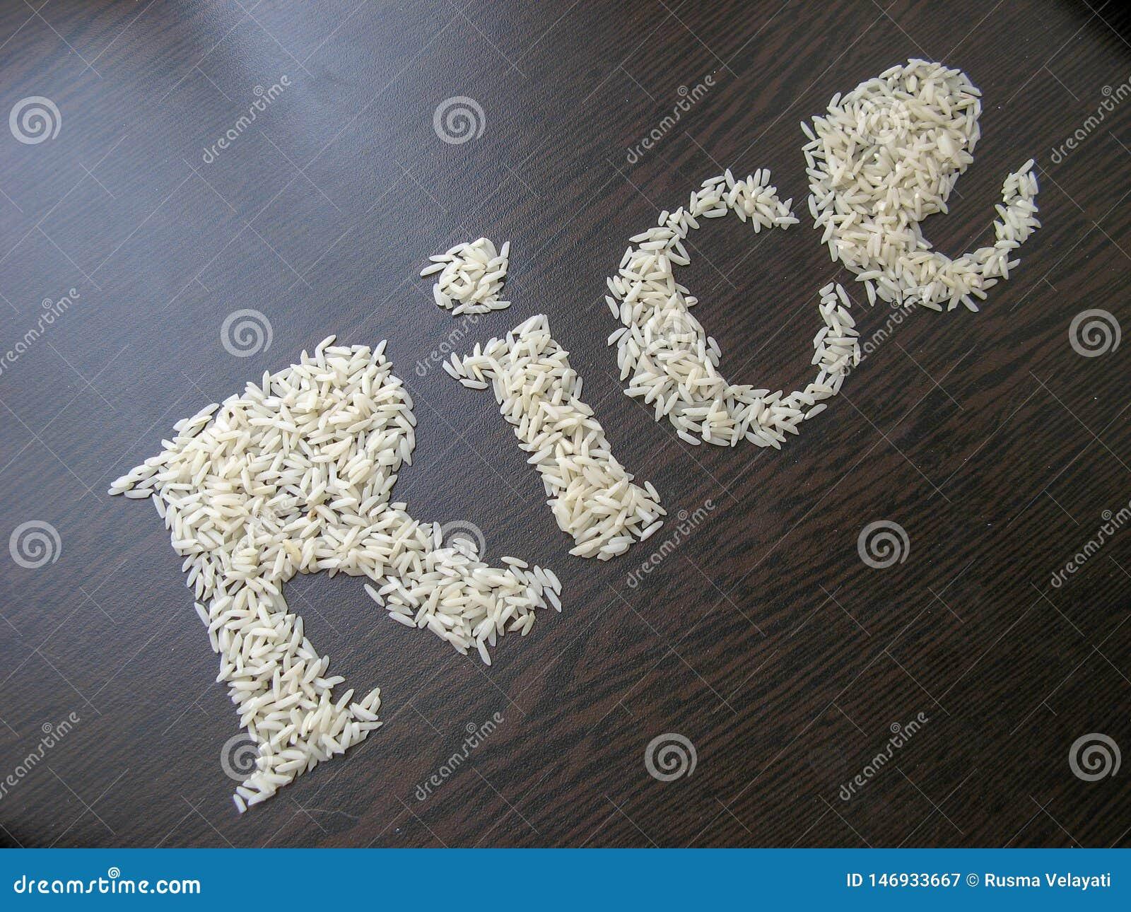 Skriva ordrisen med risfr? p? en tabell med brun tr?bakgrund
