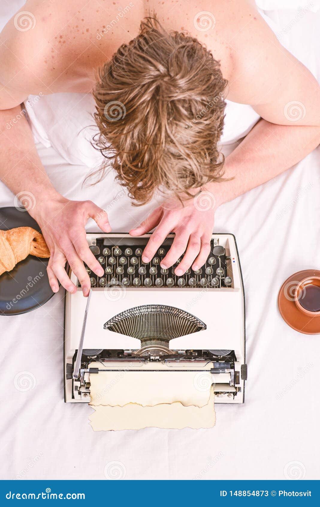 Skriva rutin Ingen dag utan kapitel Tappningskrivmaskinsbegrepp Man som skriver den retro skrivande maskinen Gammal skrivmaskin p