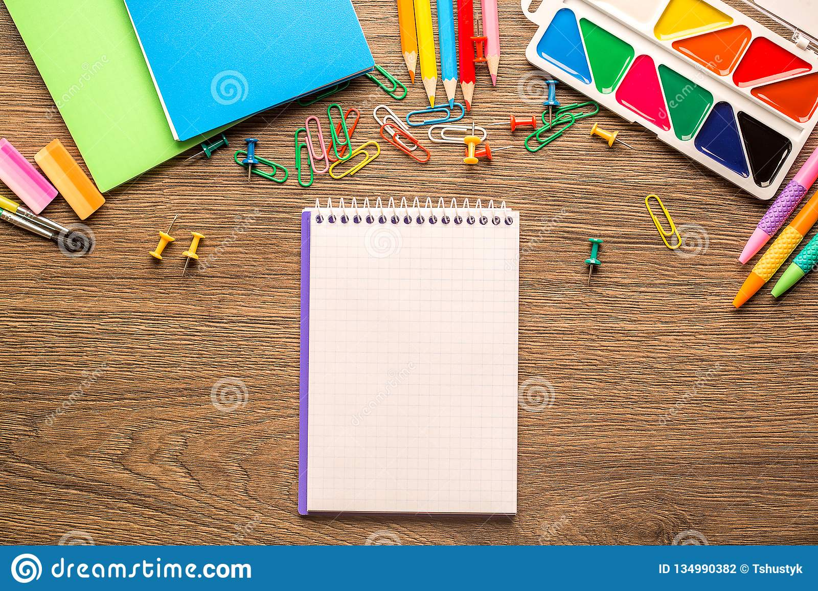 Skrivbord av en konstnär med massor av brevpapperobjekt på träbakgrund