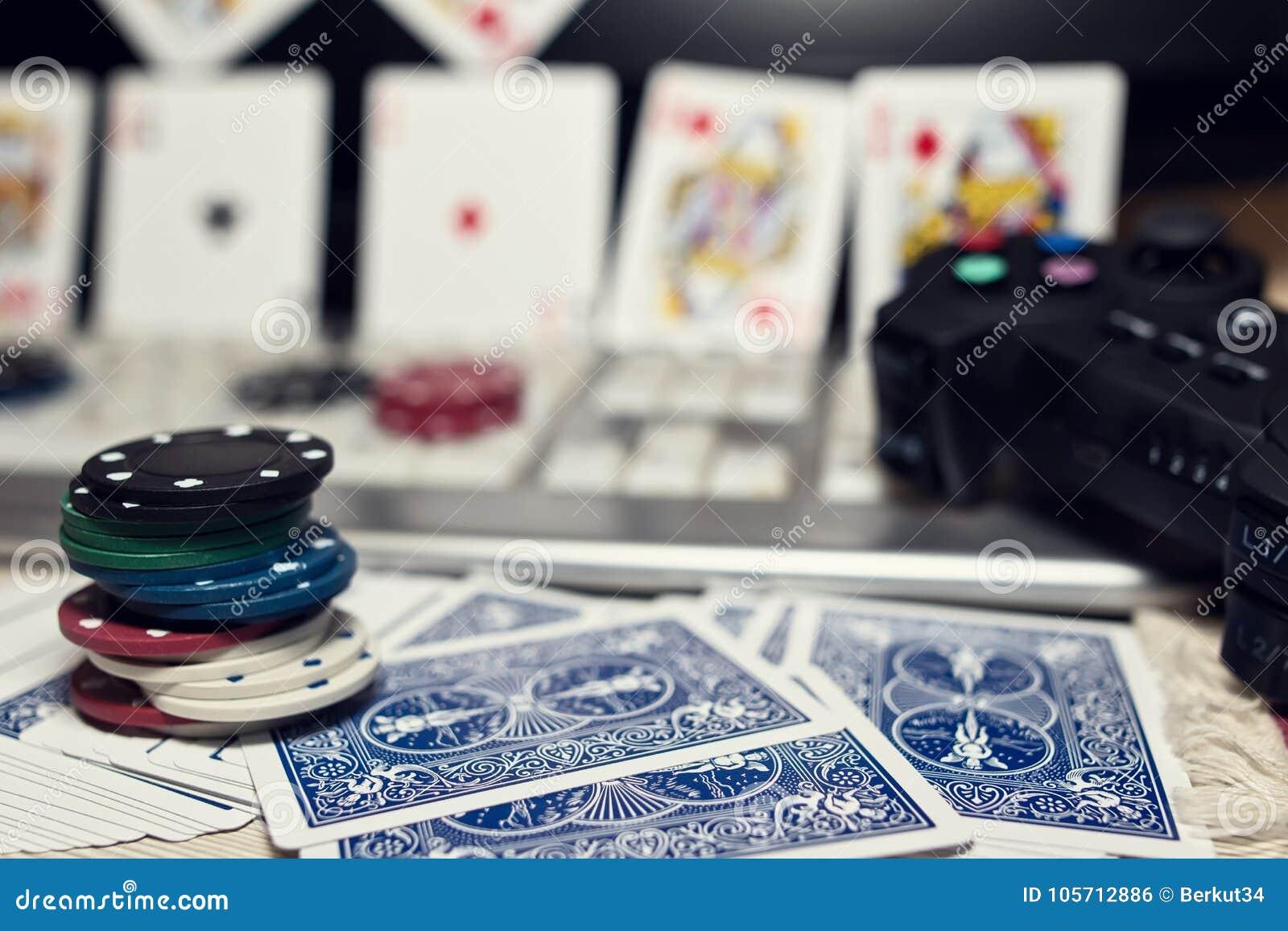 Skrivbord av spelaren i online-kasino med spridda kort och po