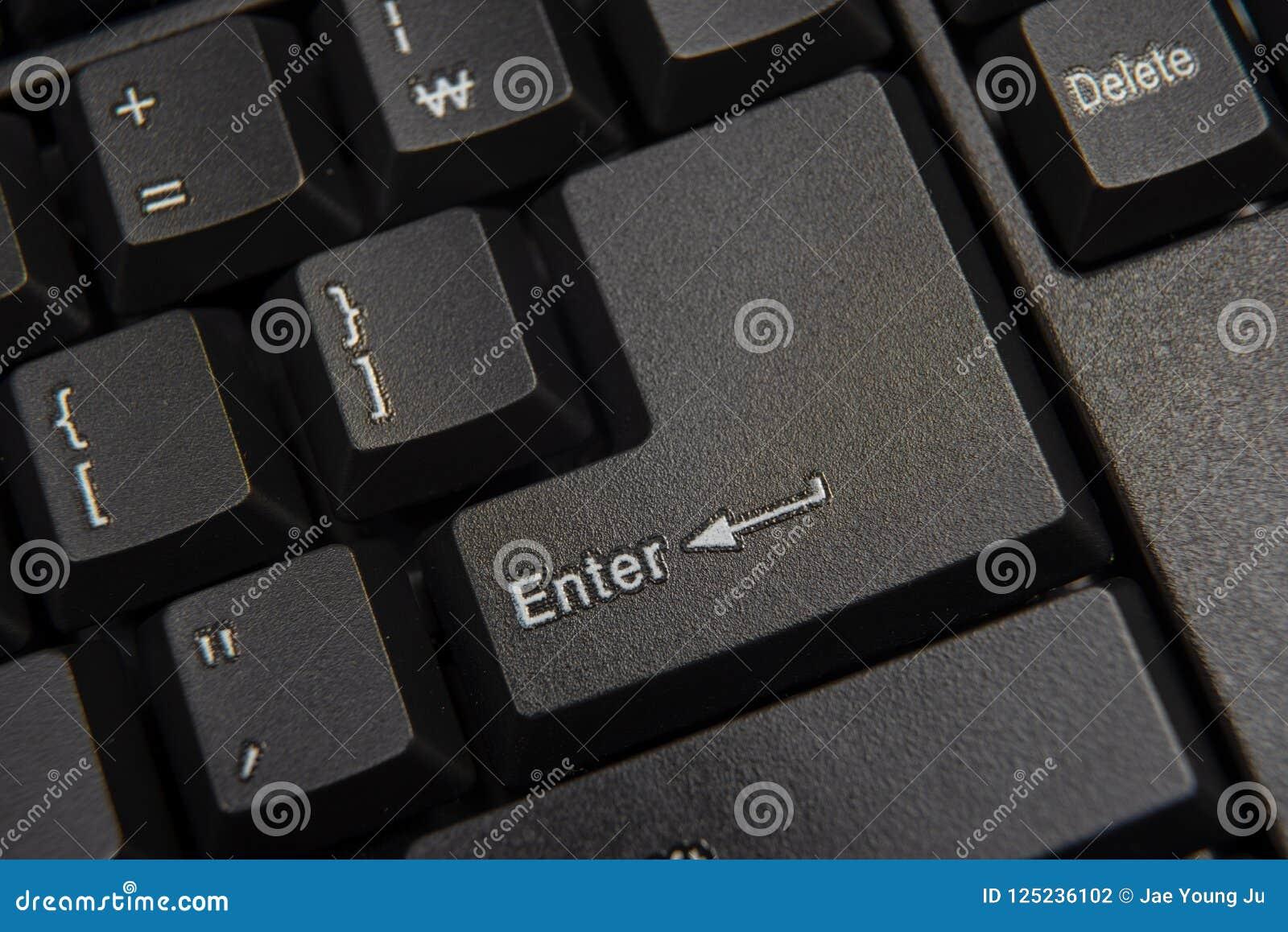 Skriver in den täta datoren för black upp det fokuserade key tangentbordet Fokuserat på ' Enter' tangent