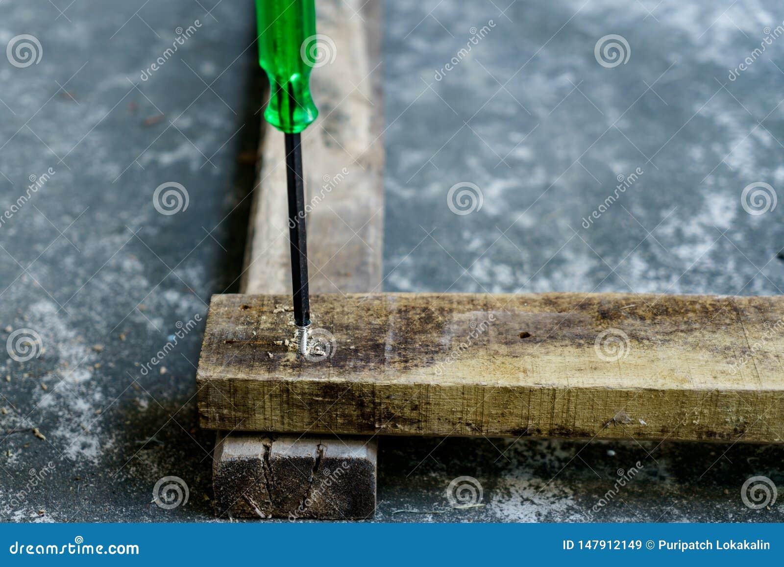 Skruvmejsel, trä och skruv för snickares jobb