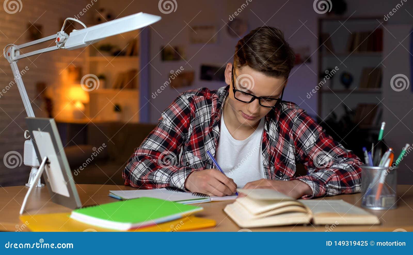 Skrz?tny ucze? robi jego hometask przy kampusem, pracuje na dyplomu projekcie