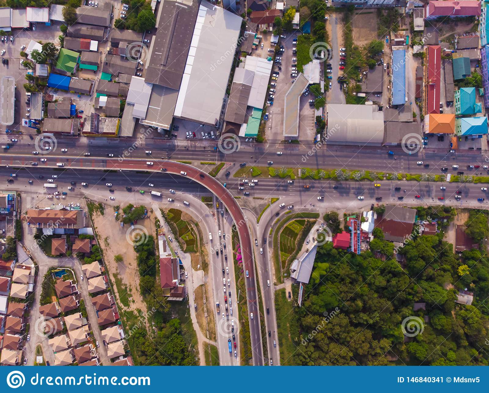 Skrzy?owanie autostrady w obszarze wiejskim od zielonej plantacji od ptaka oka widoku w Tajlandia, odg?rny widok