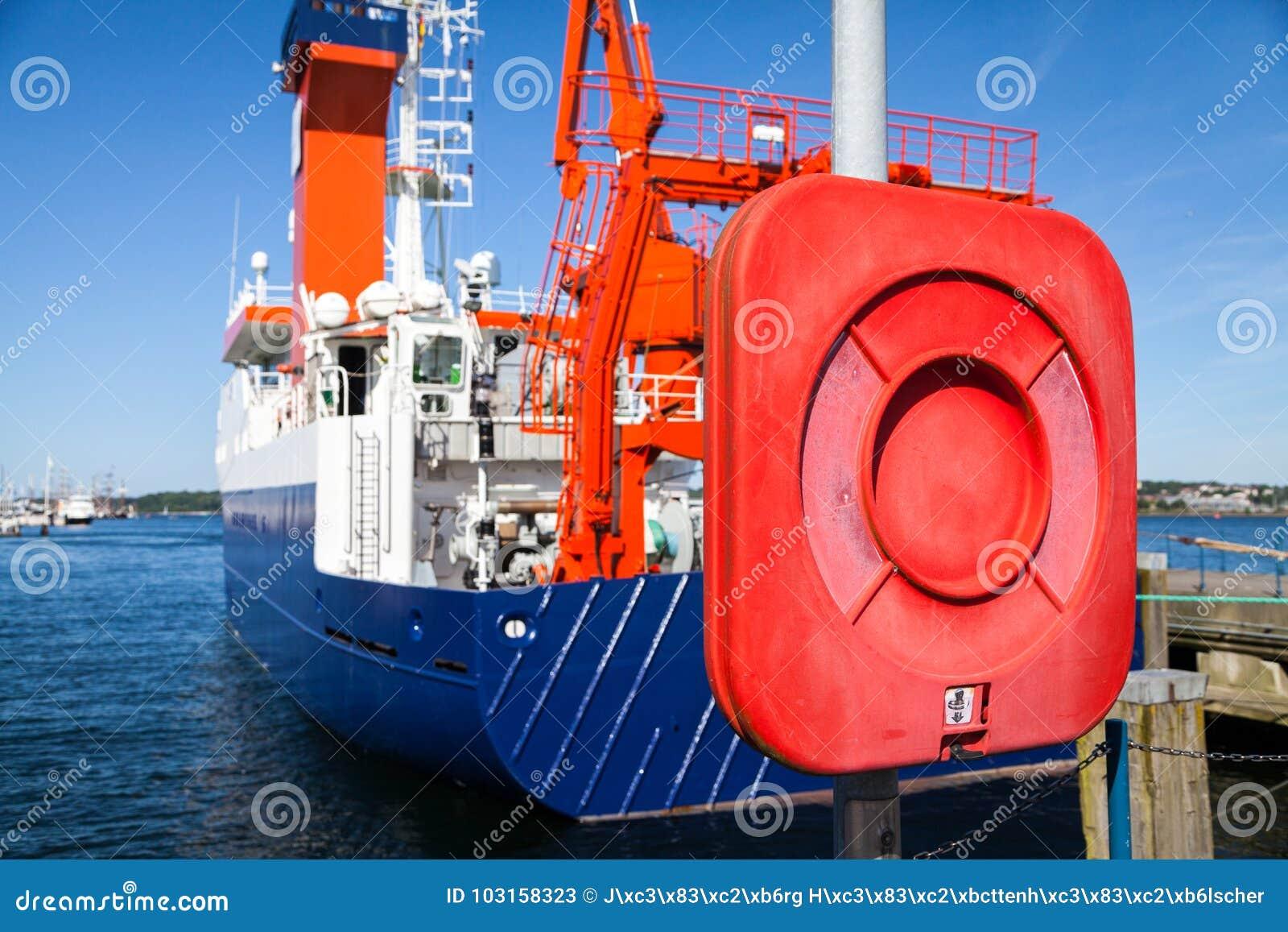 Skrzynka lifebelt blisko statku