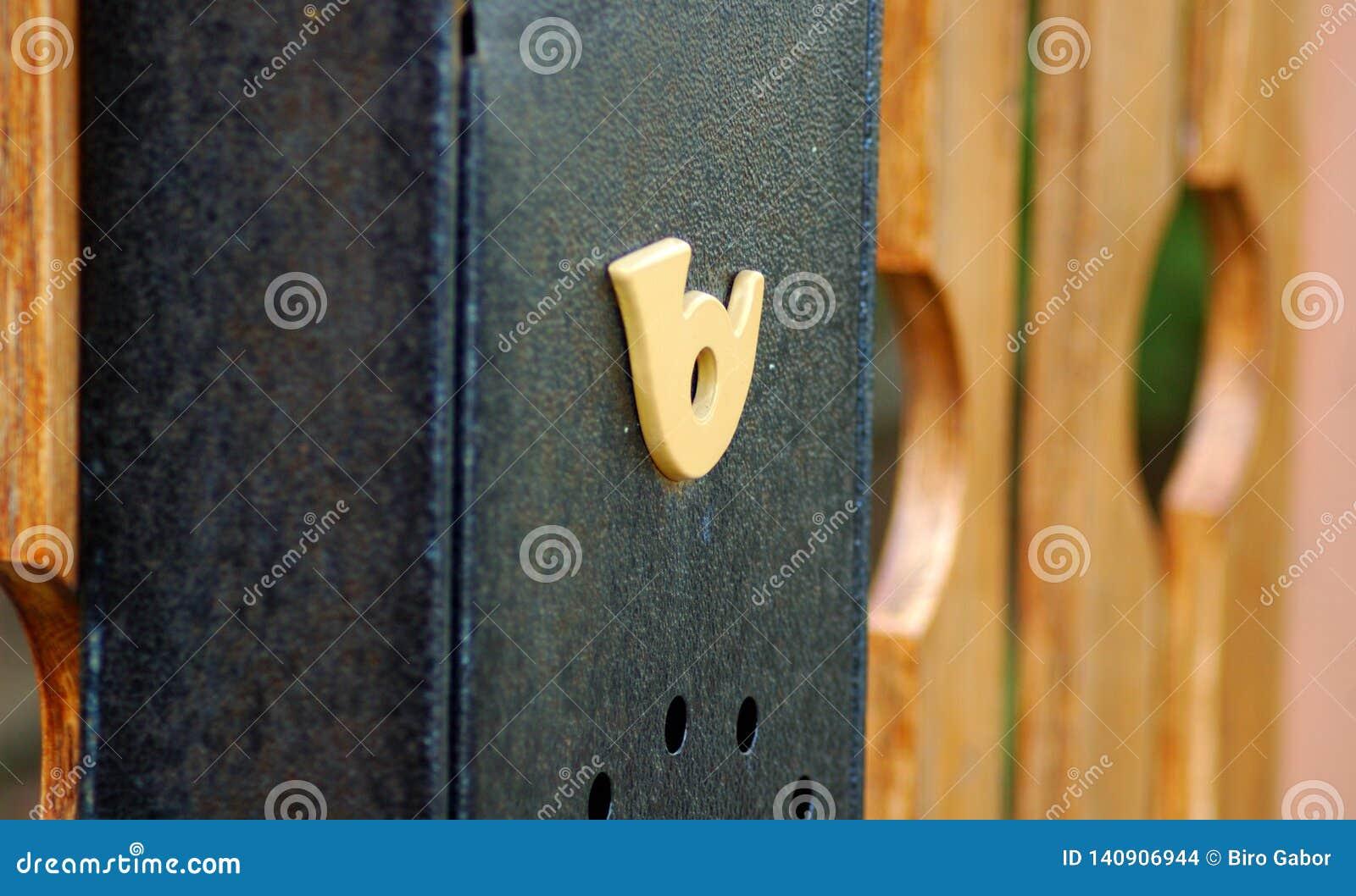 Skrzynka pocztowa na drewnianym ogrodzeniu