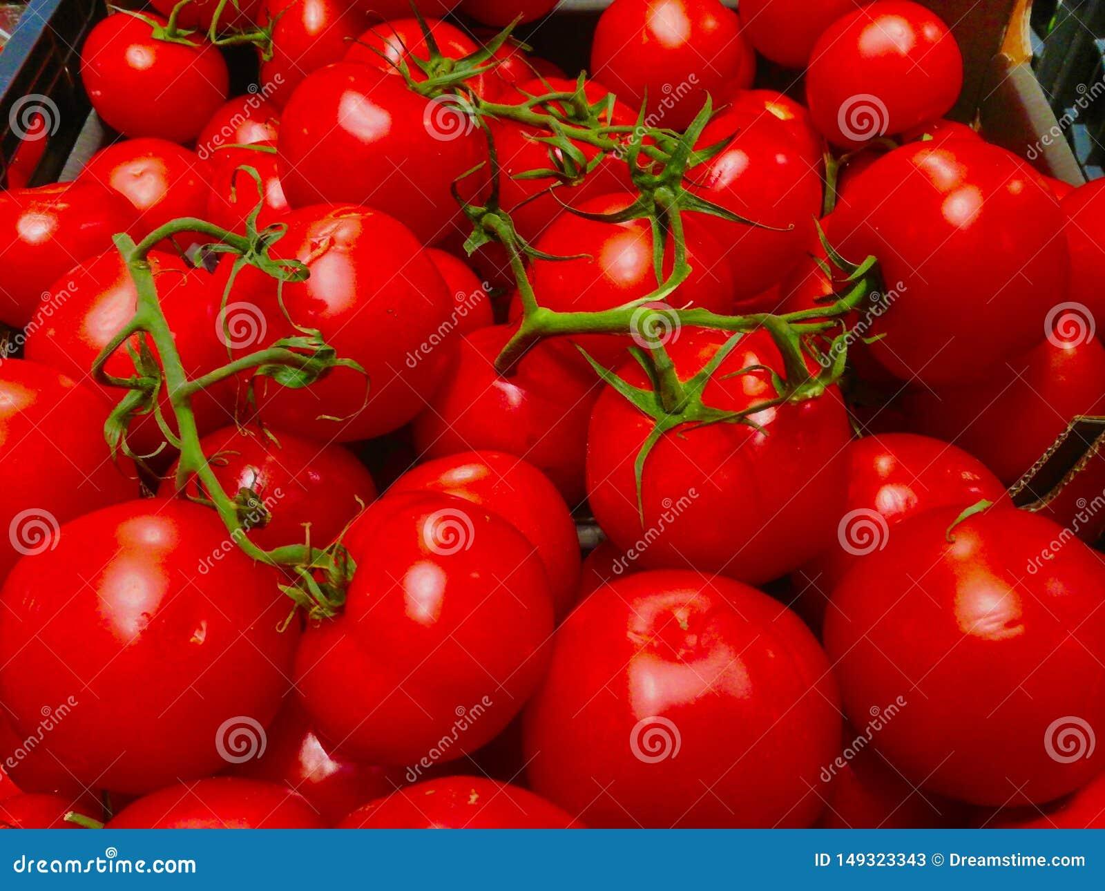 Skrzynka pomidory w?a?nie wype?niali wewn?trz supermarket