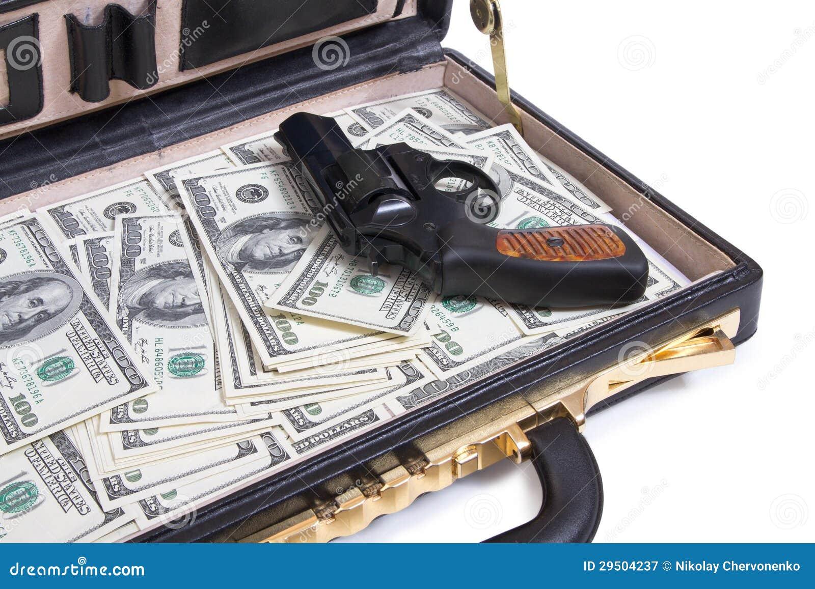 Skrzynka z pieniądze i pistoletem