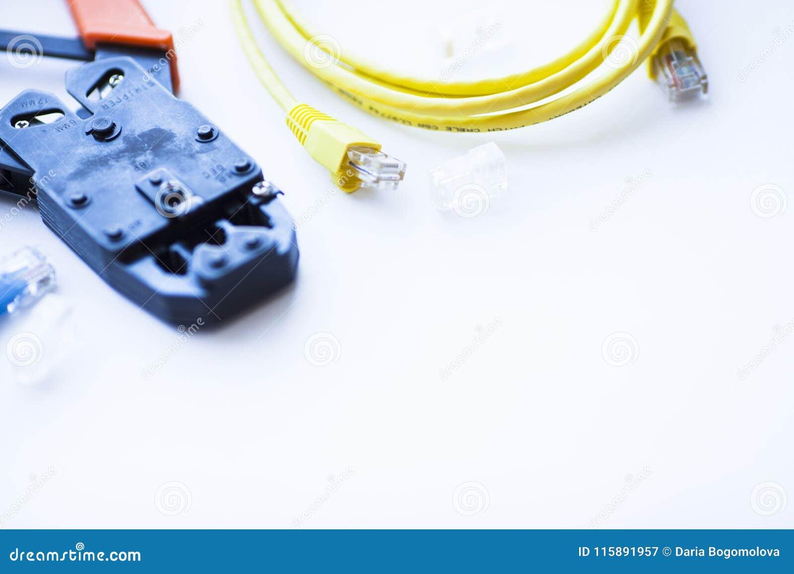 SKS и концепция инженерства Комплект соединителей, локальных сетей и кабелей консоли, инструмента crimp на белой предпосылке