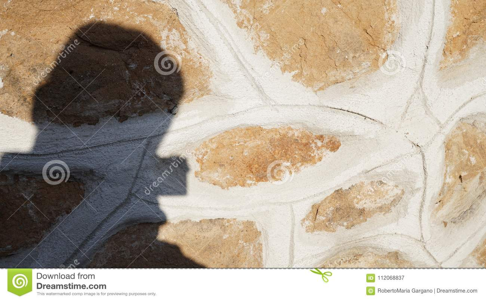 Skugga av en fotograf som projekteras på en vägg
