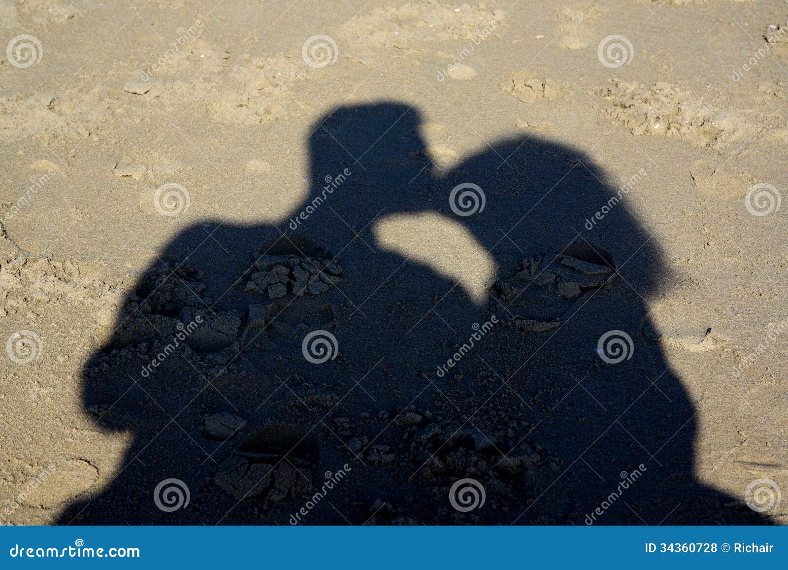 Skugga av kyssande par