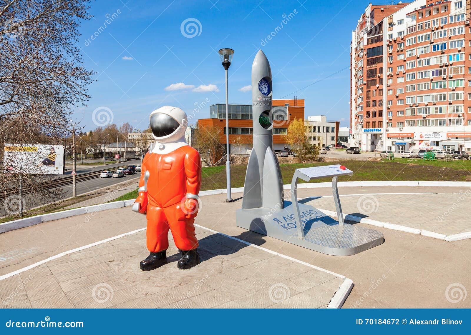 Skulptera kosmonautet och modellera raket nära museet och utställningen