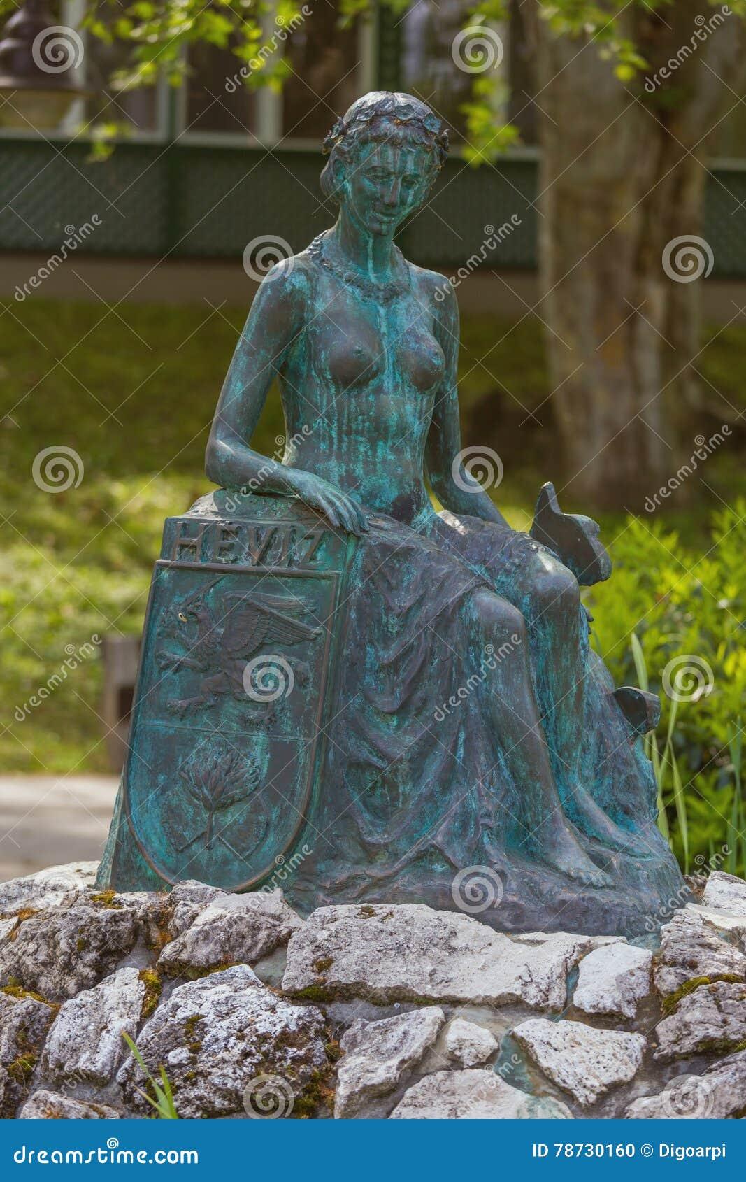 Skulptera springbrunnen i den termiska brunnsortHeviz staden, Ungern, 0