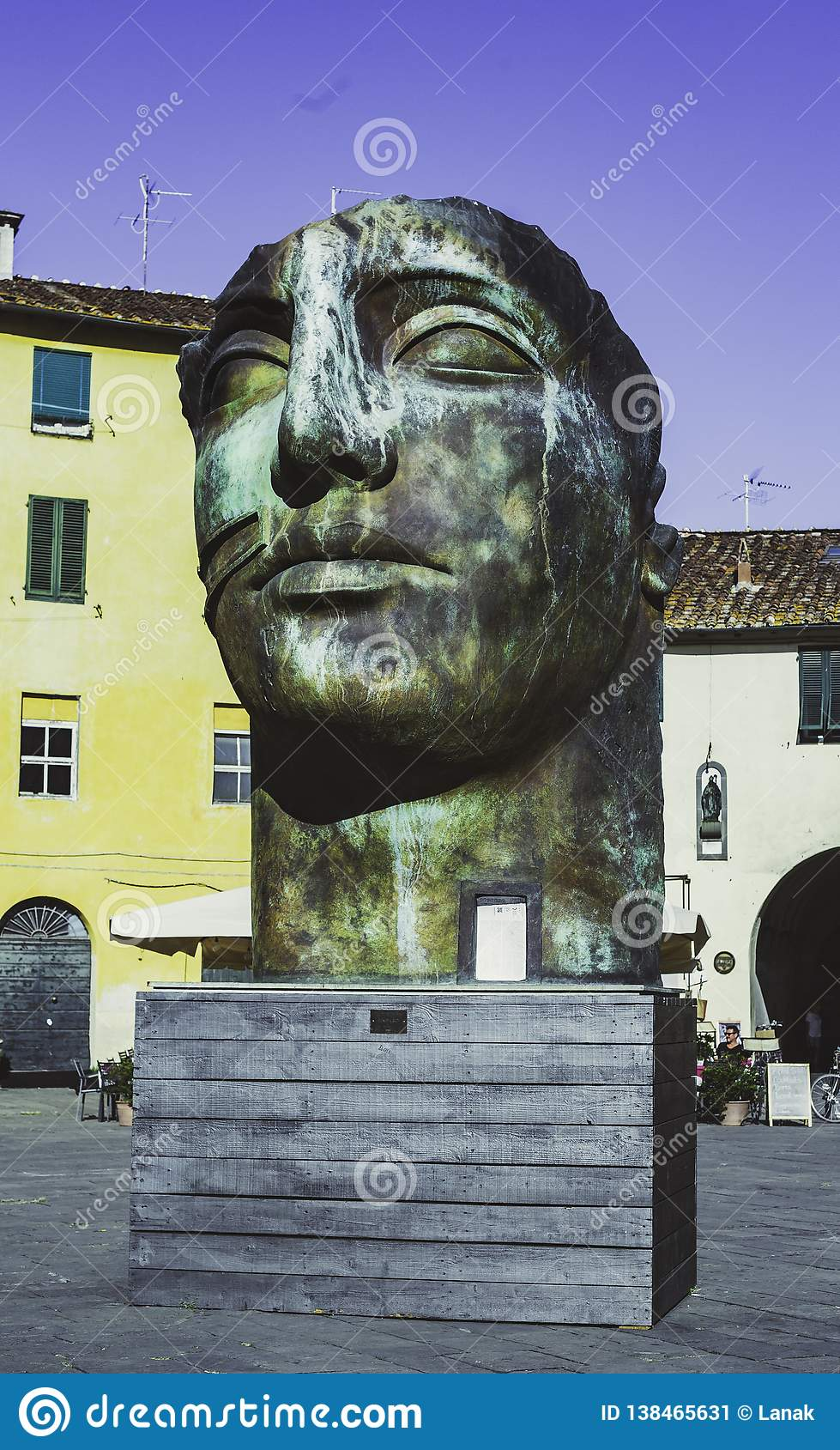 Skulptur am Amphitheater-Quadrat in Lucca